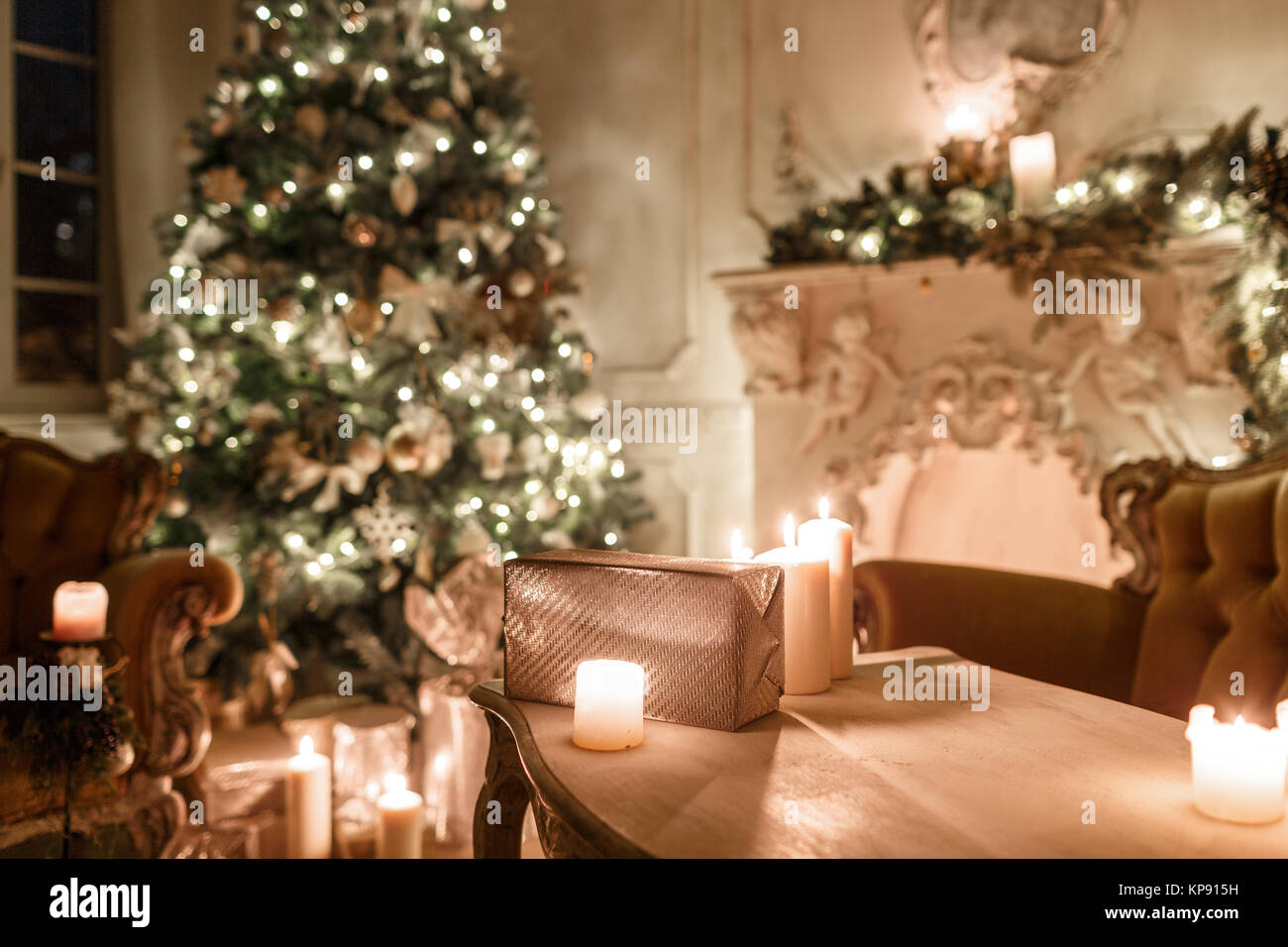 Die Geschenke auf dem Tisch. Weihnachten am Abend bei Kerzenschein ...