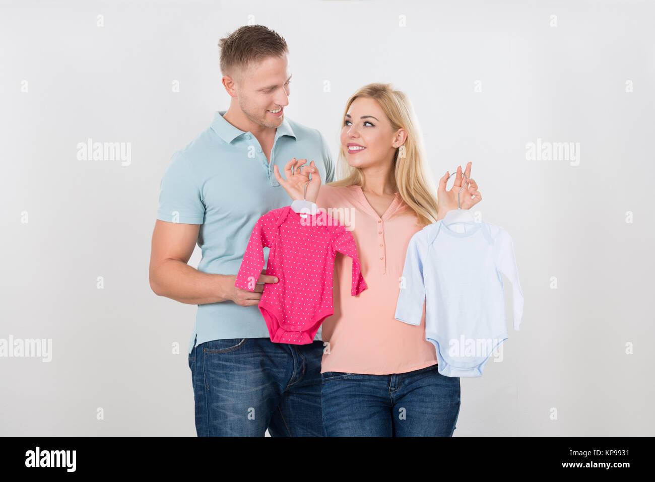 Alleinerziehende schwangere frauen mittleren alters, die einen mann suchen