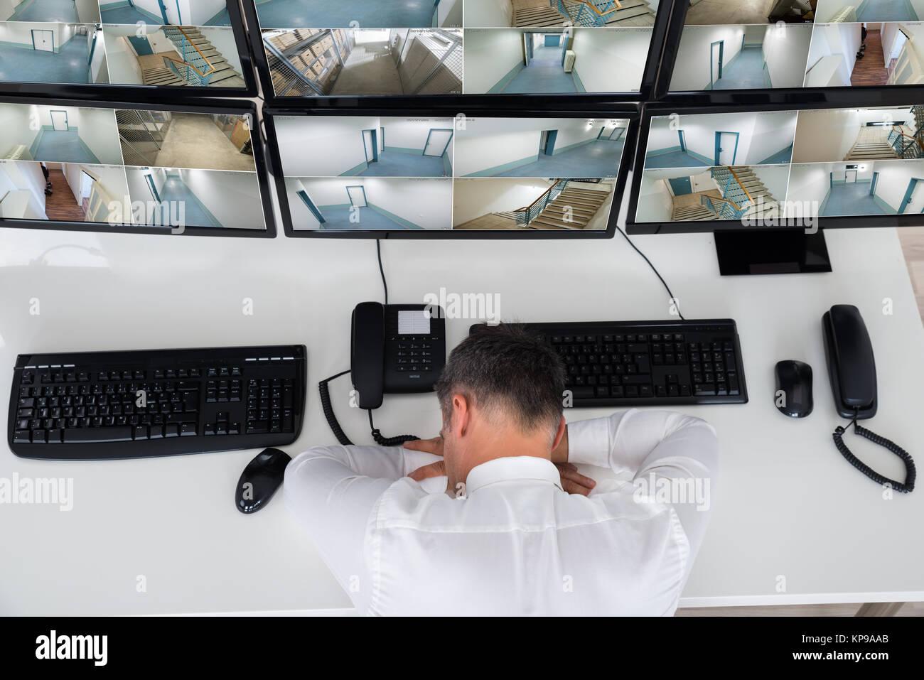 Mnnliche Fahrer Schlafen Whrend Lehnte Sich Auf Der Security Monitor Schreibtisch