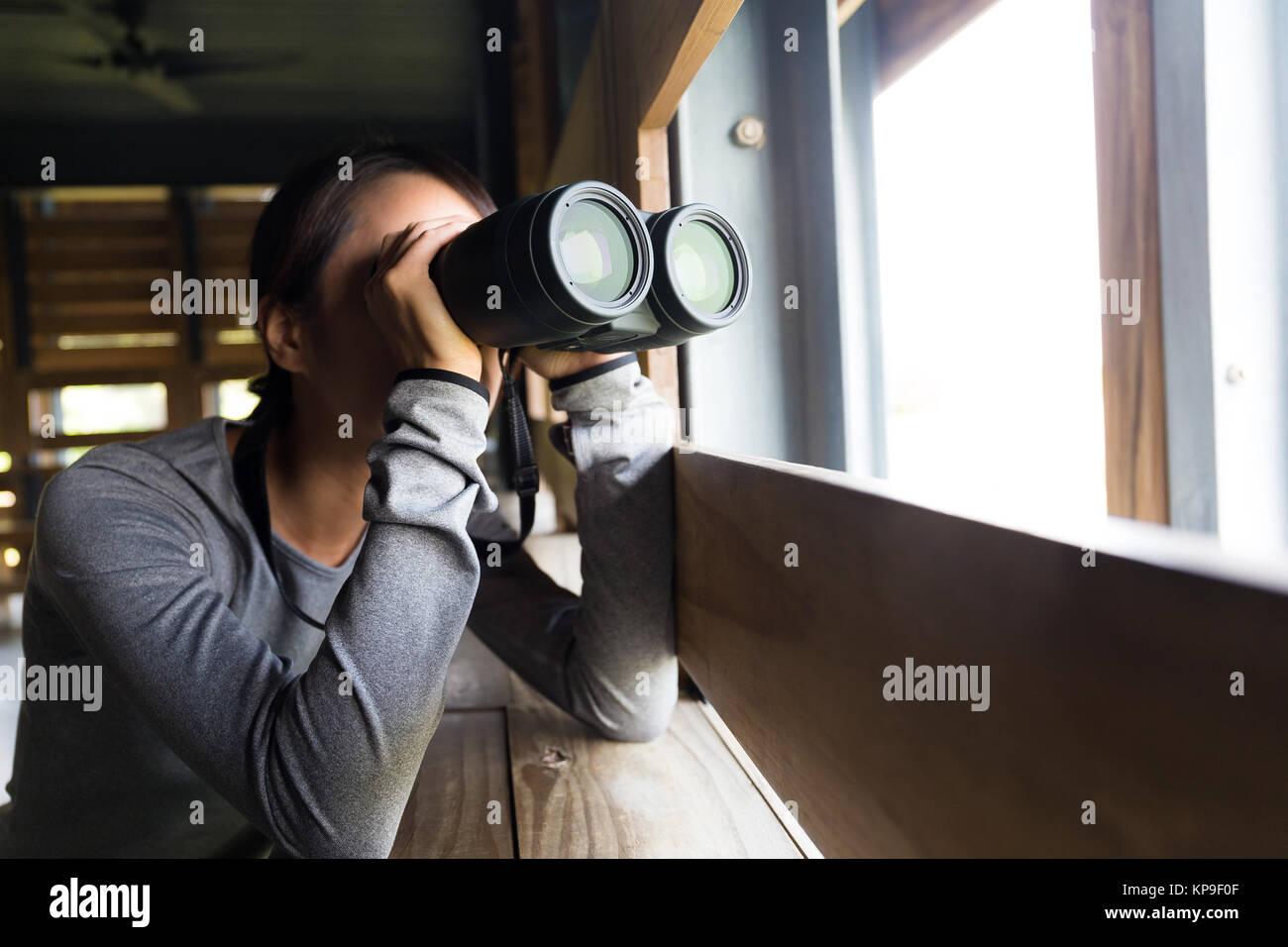 Asiatische frau mit fernglas für vogelbeobachtung stockfoto bild