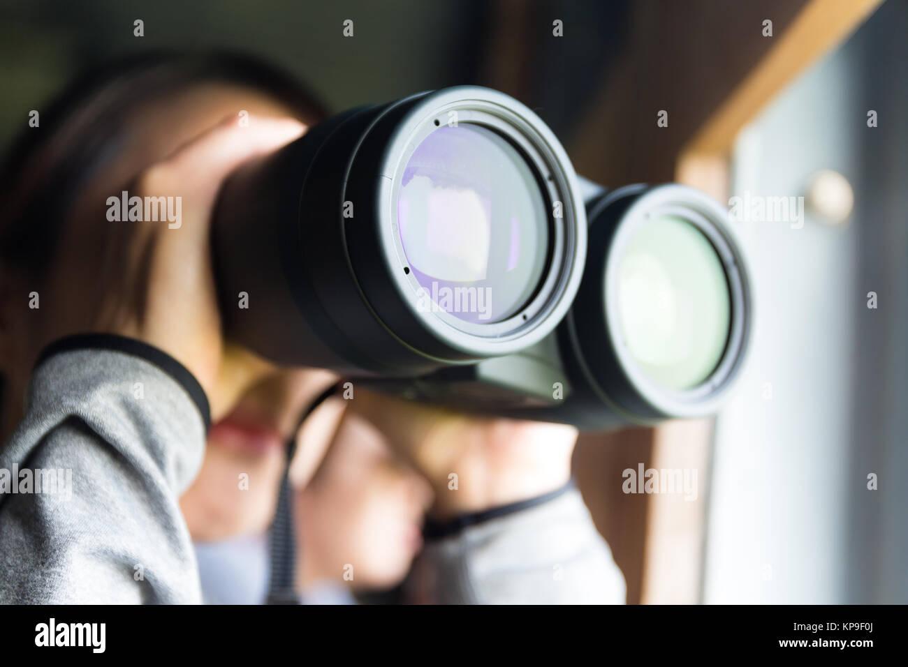 Junge frau mit der ferngläser zur vogelbeobachtung stockfoto bild