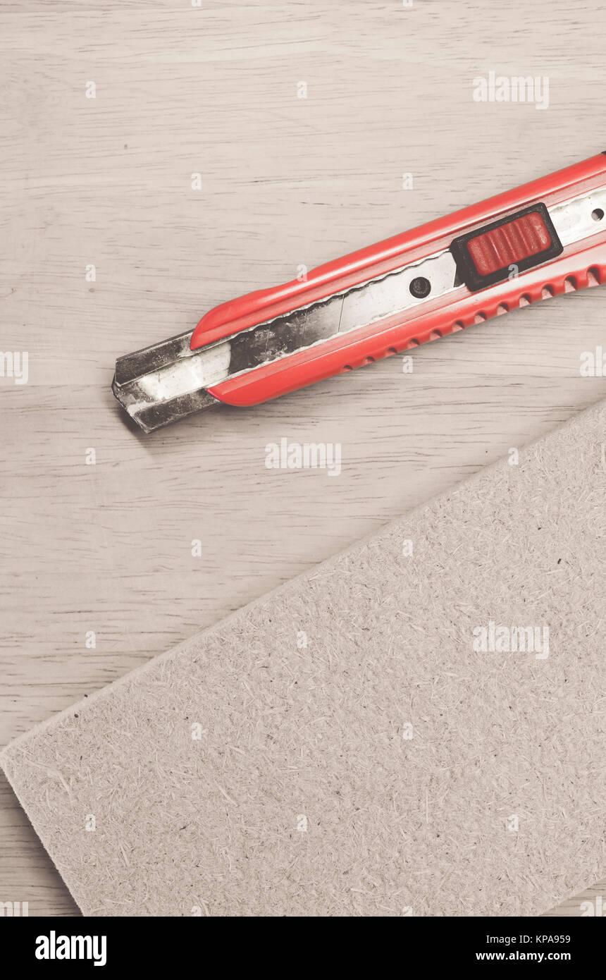 Komprimierte wärmedämmenden Hanffasern Panel und Cutter Wanddämmung Konzept Stockbild
