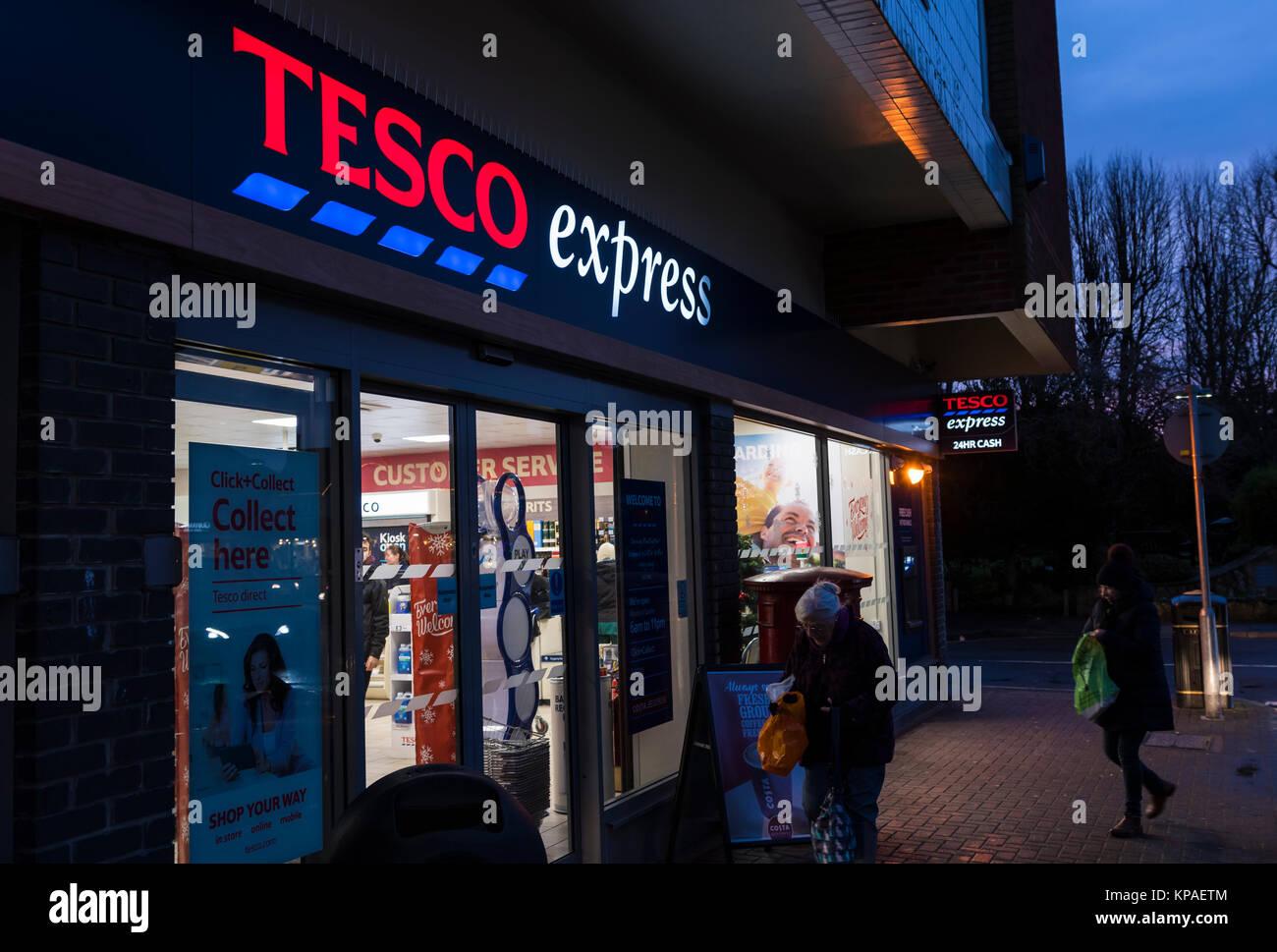 Tesco Express Shop, eine britische Lebensmittelgeschäft, offenen Abend im Winter in Rustington, West Sussex, Stockbild