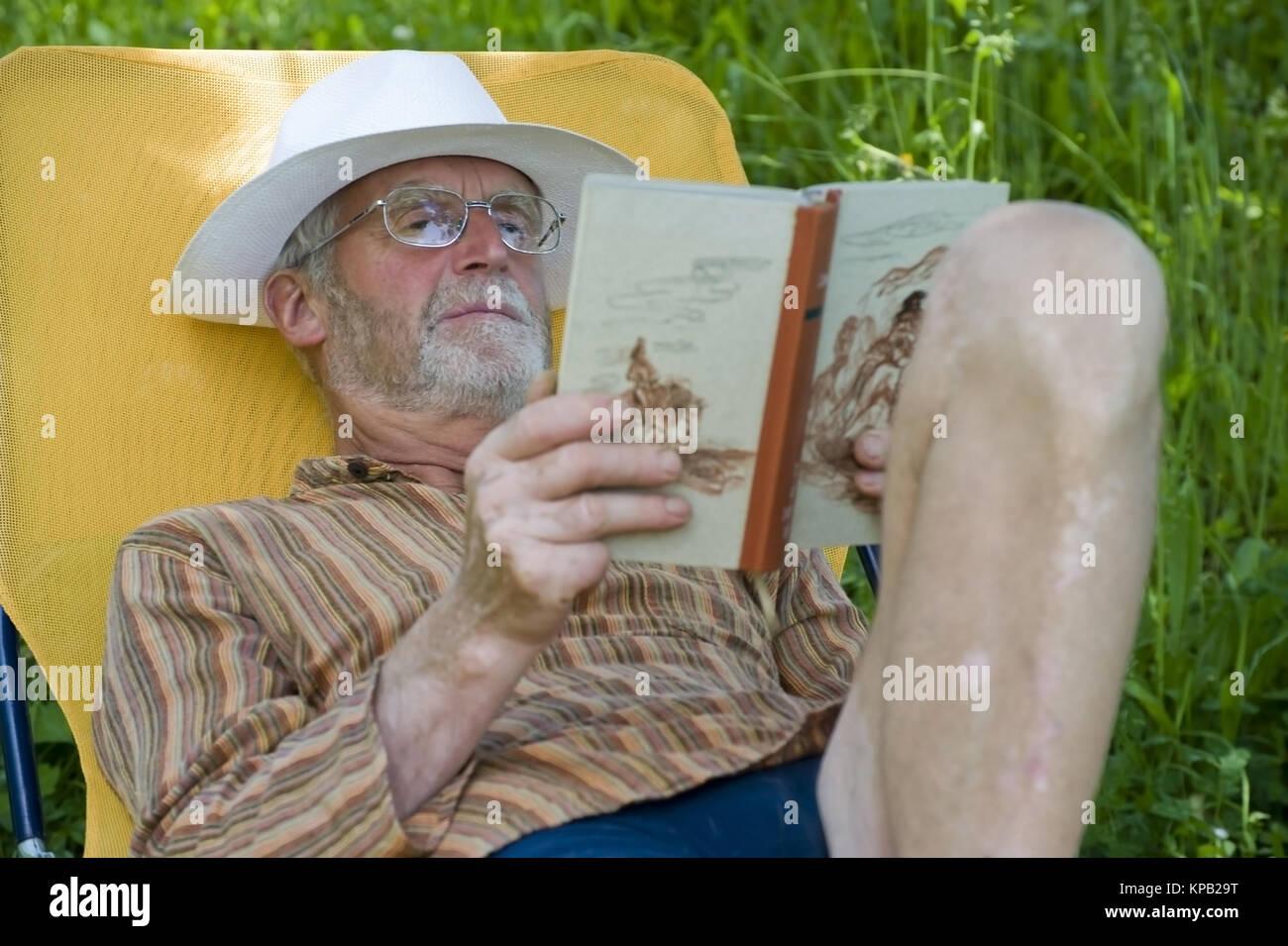 model release pensionist 65 so auf liegestuhl im. Black Bedroom Furniture Sets. Home Design Ideas