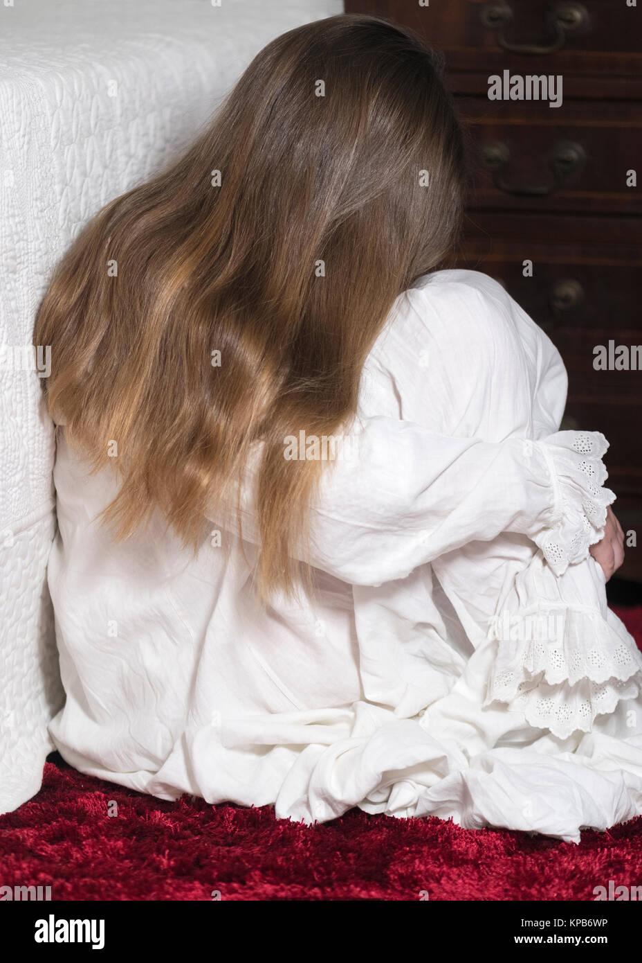 Bild vertikal auf die gesellschaftlichen Probleme von Kindesmissbrauch, Junge unkenntlich Mädchen ist eine Stockbild