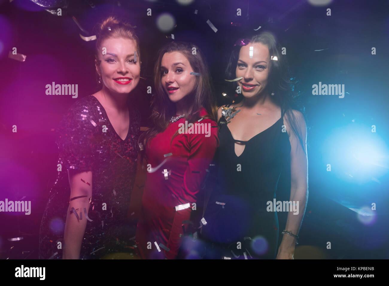 Drei schöne Frauen in Kleider auf neues Jahr oder Weihnachtsfeier ...