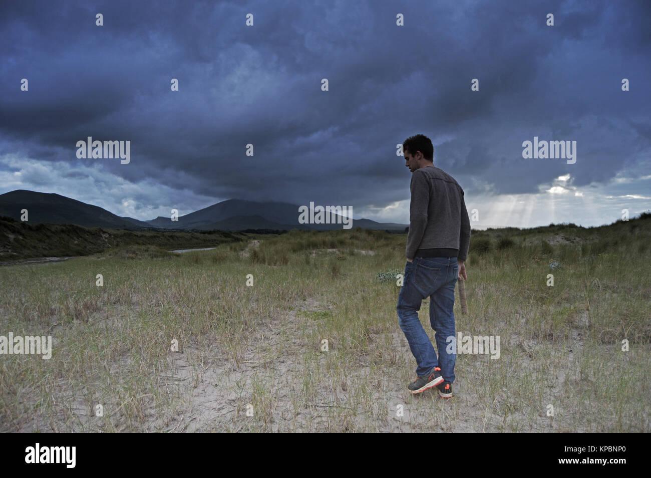 Mann allein zu Fuß am Strand in Dingle, Irland. Stockbild