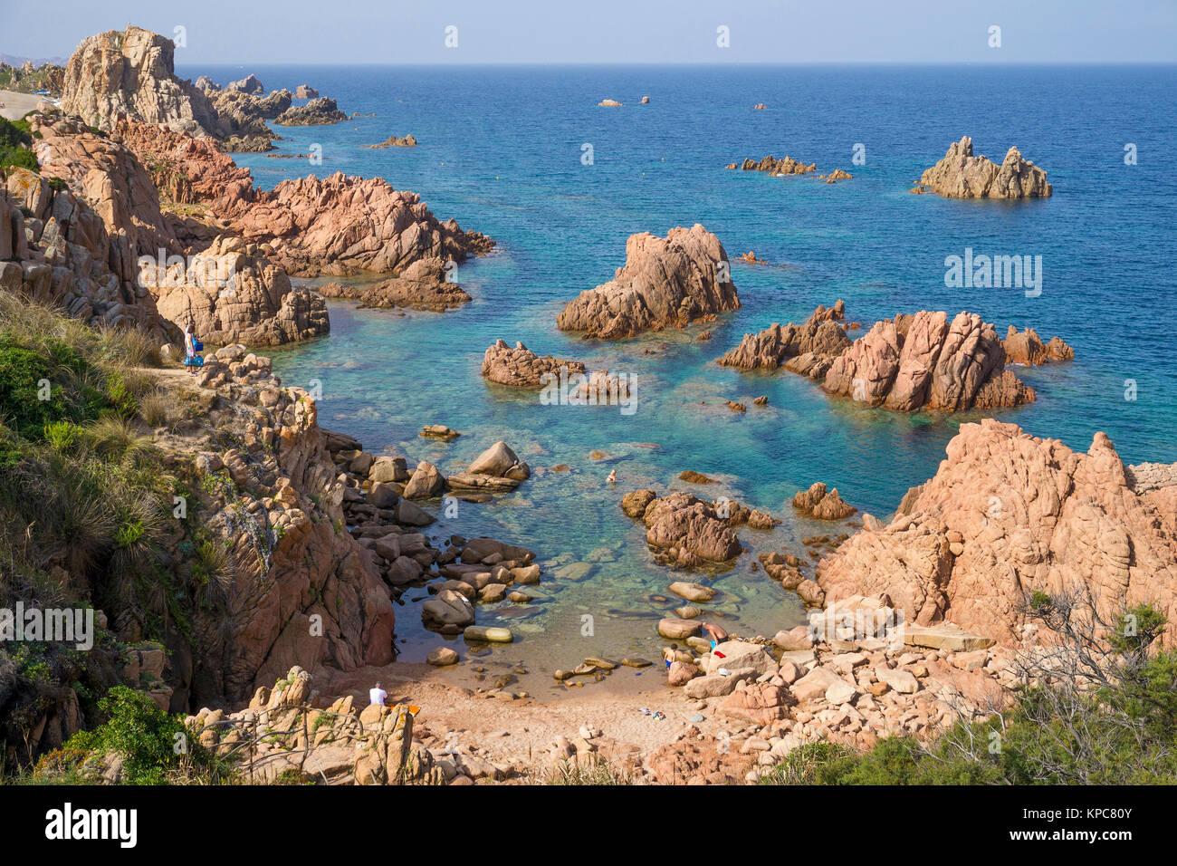 Badestrand an der felsigen Küste von Costa Paradiso, Porphyr Felsen, Sardinien, Italien, Mittelmeer, Europa Stockbild