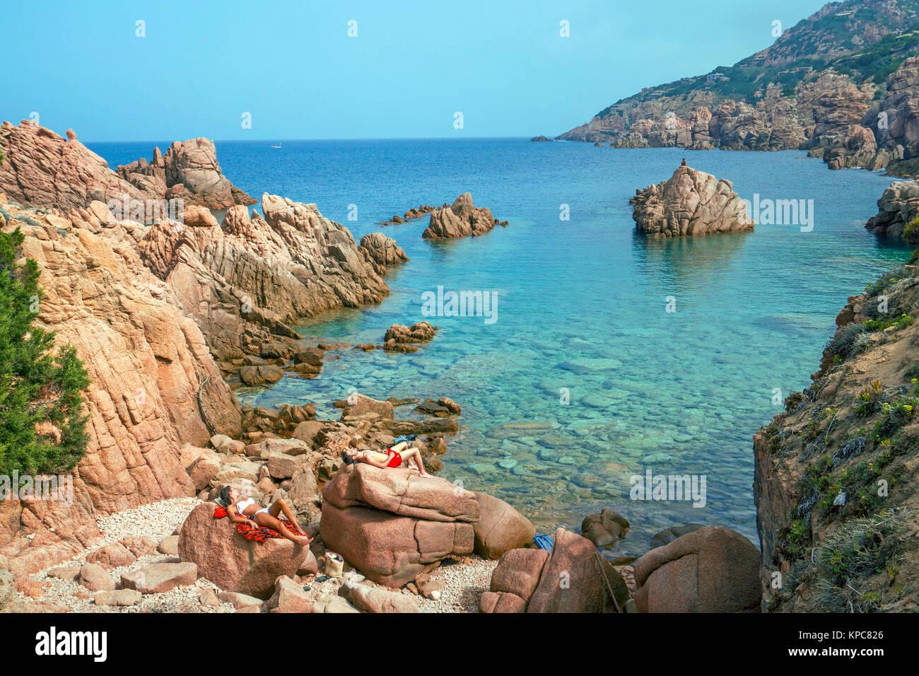 Sonnenbad auf Porphyr Felsen, Küste Landschaft an der Costa Paradiso, Sardinien, Italien, Mittelmeer, Europa Stockbild
