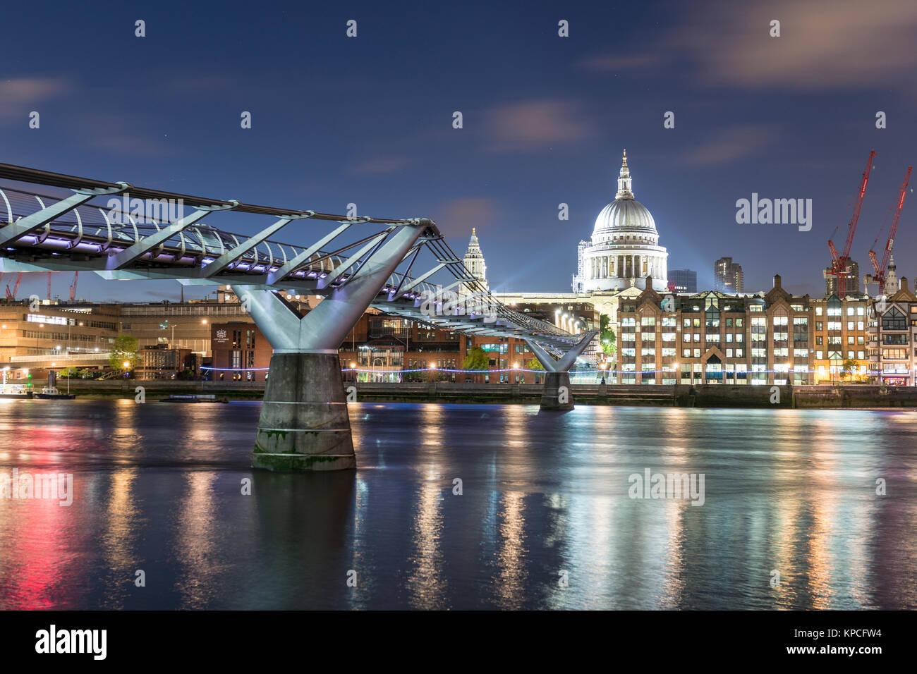 Millenium Bridge und die St Paul's Kathedrale bei Nacht, London, England, Großbritannien Stockbild
