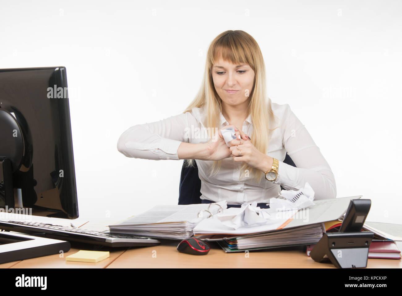 Business-Frau zermalmt gewaltsam ein anderes Dokument in Papierform Stockbild