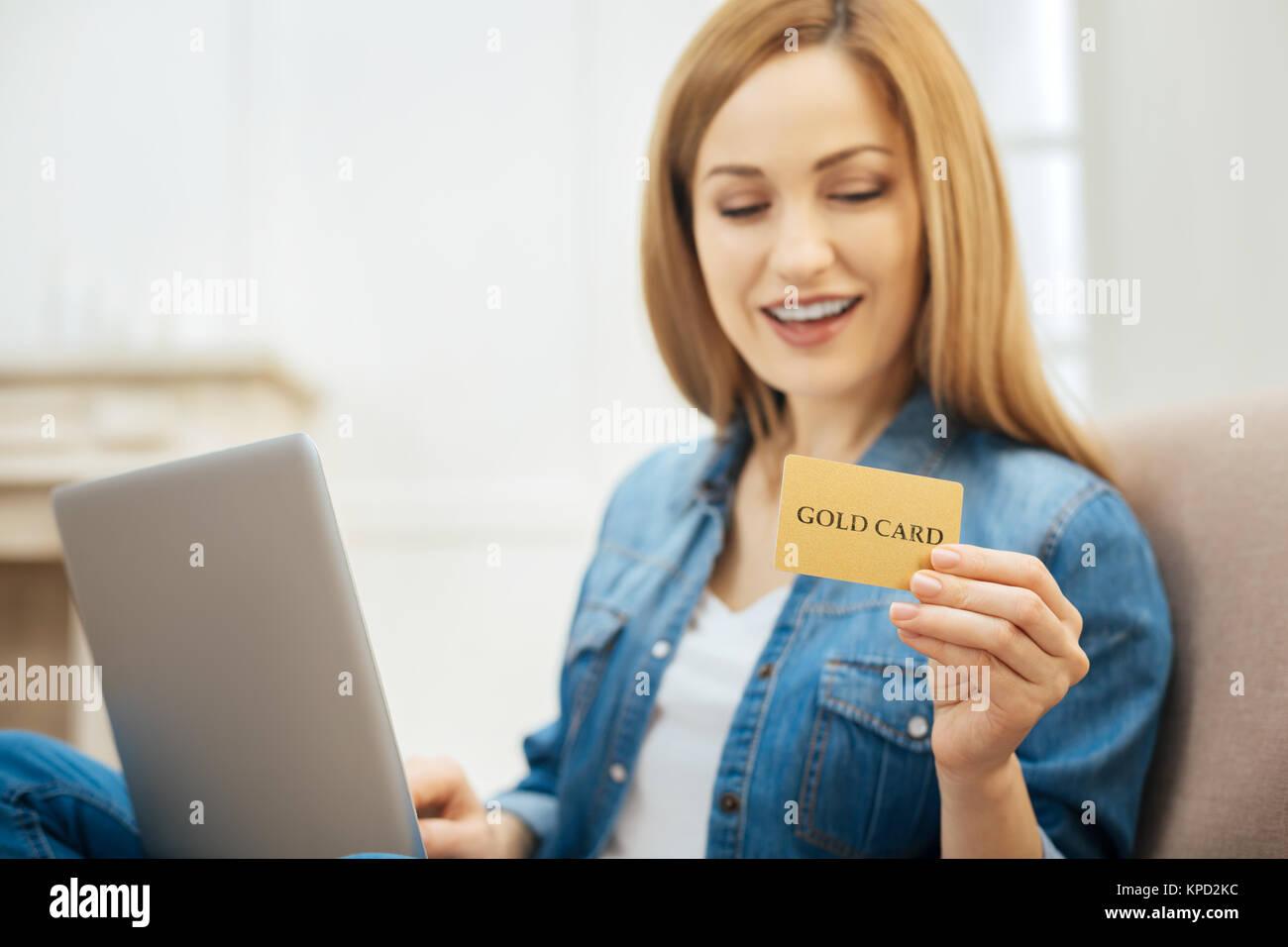 Alert Frau an ihr Gold Card suchen Stockbild