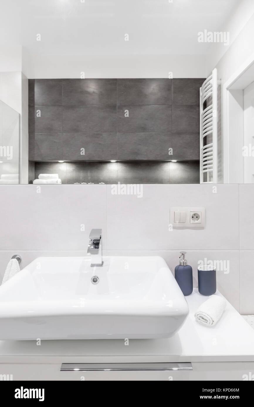 Weiße Waschbecken und Spiegel in der modernen Bad mit Beton ...