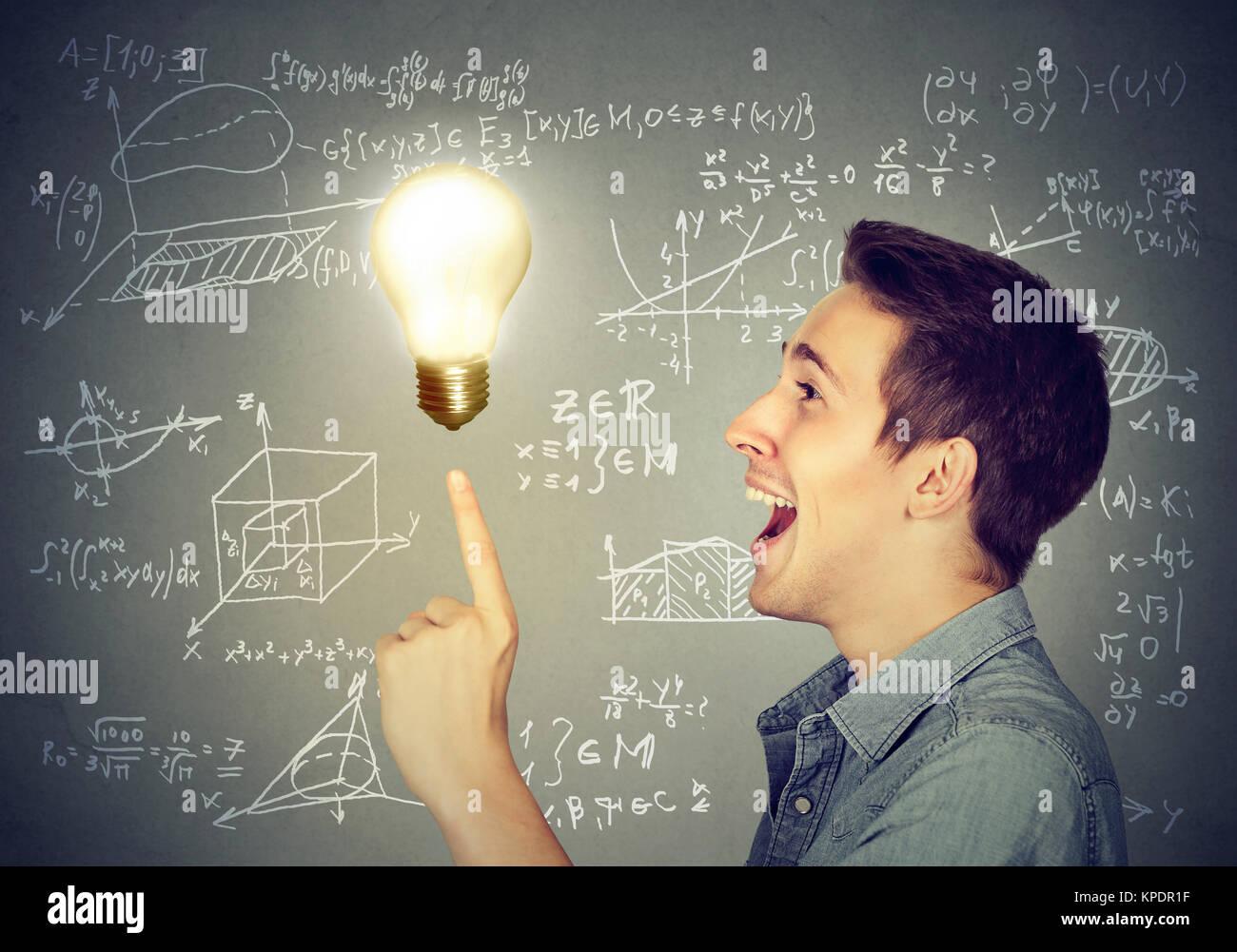 Seitliche Ansicht des Inhalts der Mensch in großen Problem Lösung posiert mit brennende Glühbirne. Stockbild