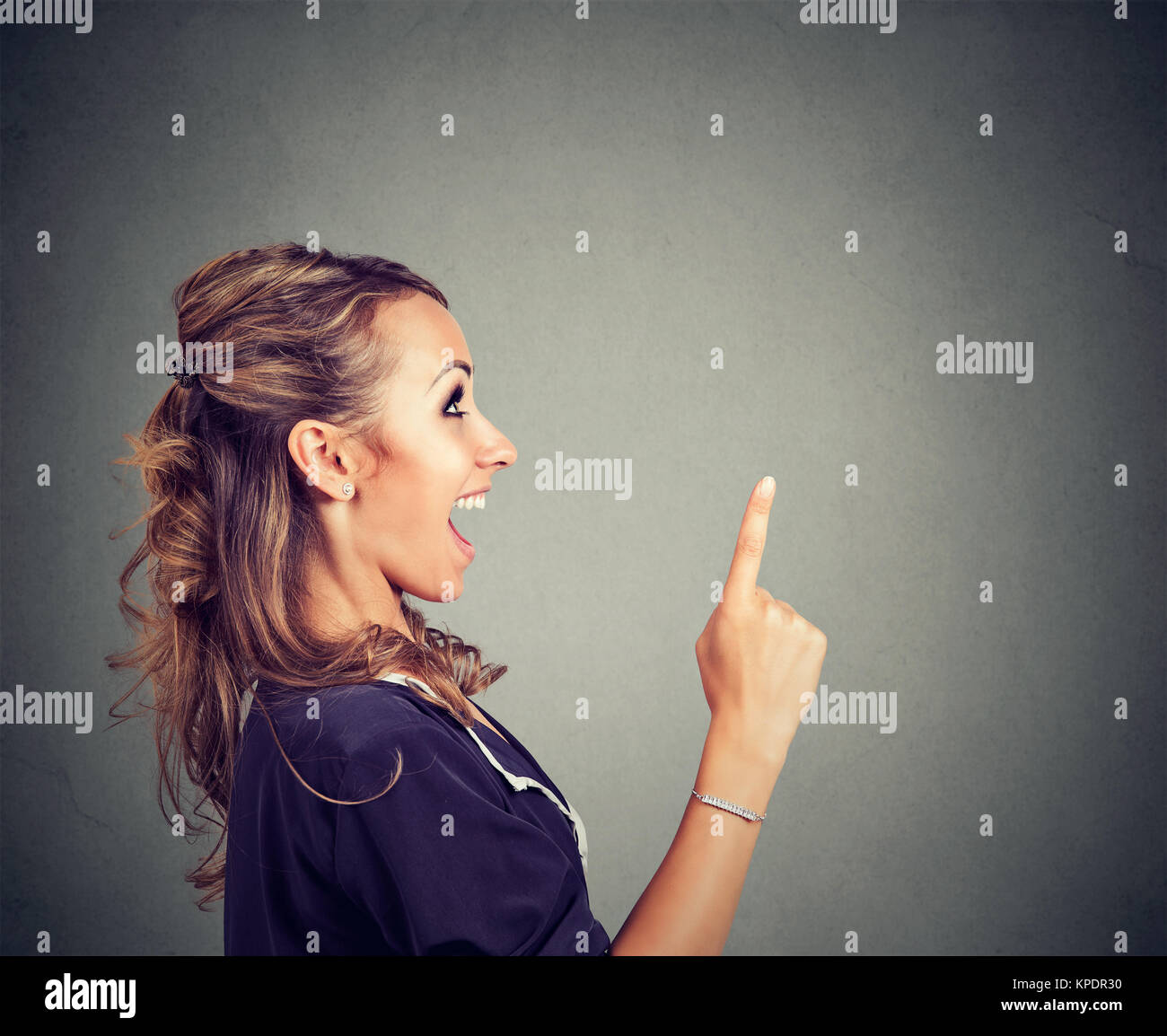 Seitenansicht des Inhalts Frau nach oben mit neuen geniale Idee begeistert. Stockbild