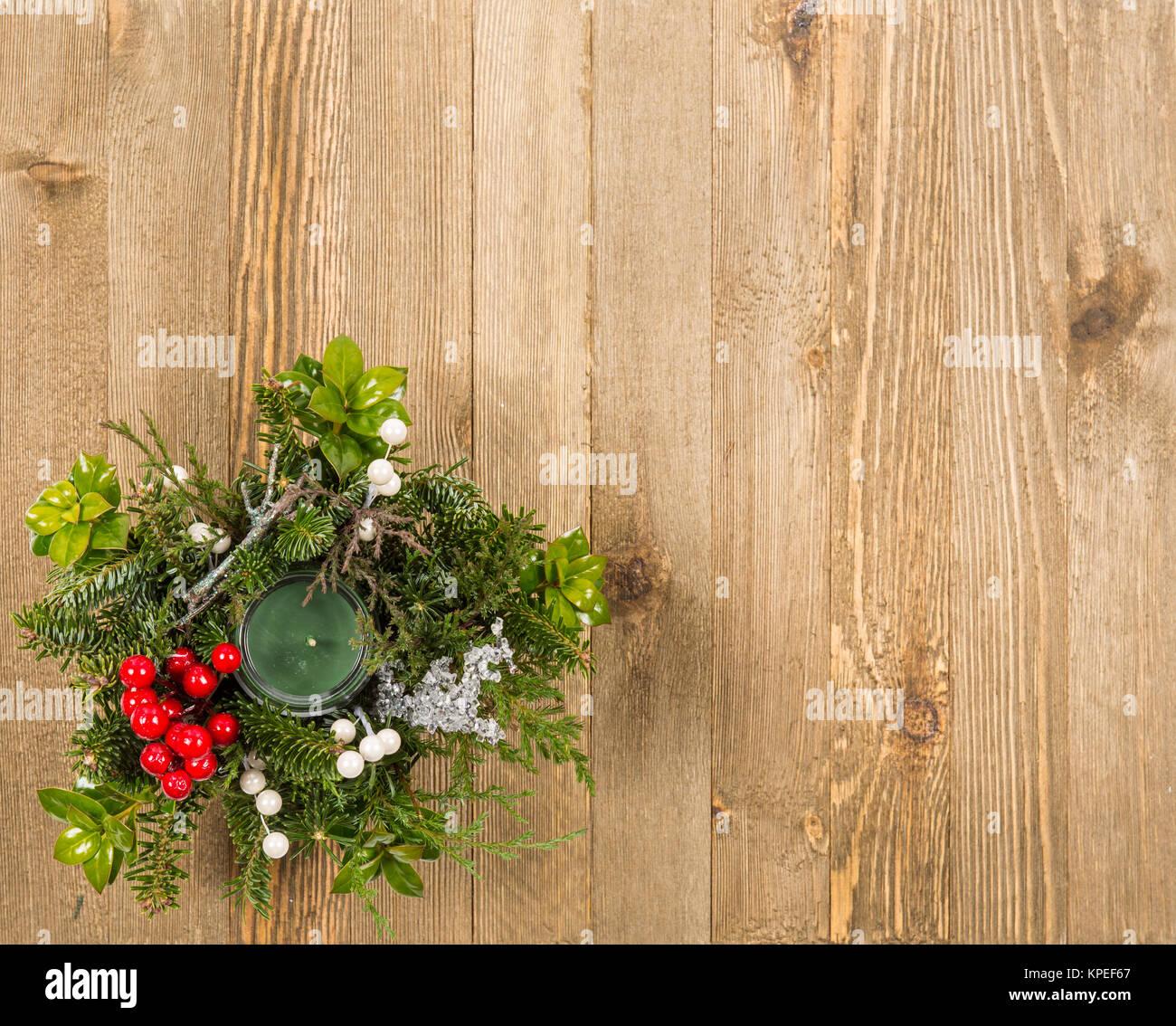 Weihnachten festliche dekoration mit roten kugeln holly for Baum mit roten beeren