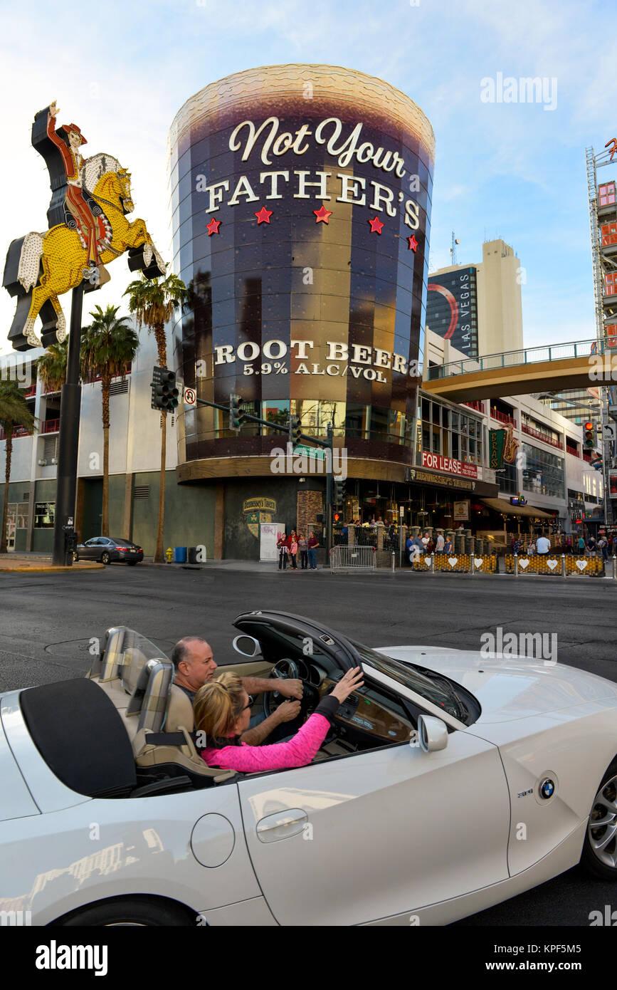 Paar In Einem Bmw Fahren Auf Der Fremont Street Downtown Las Vegas