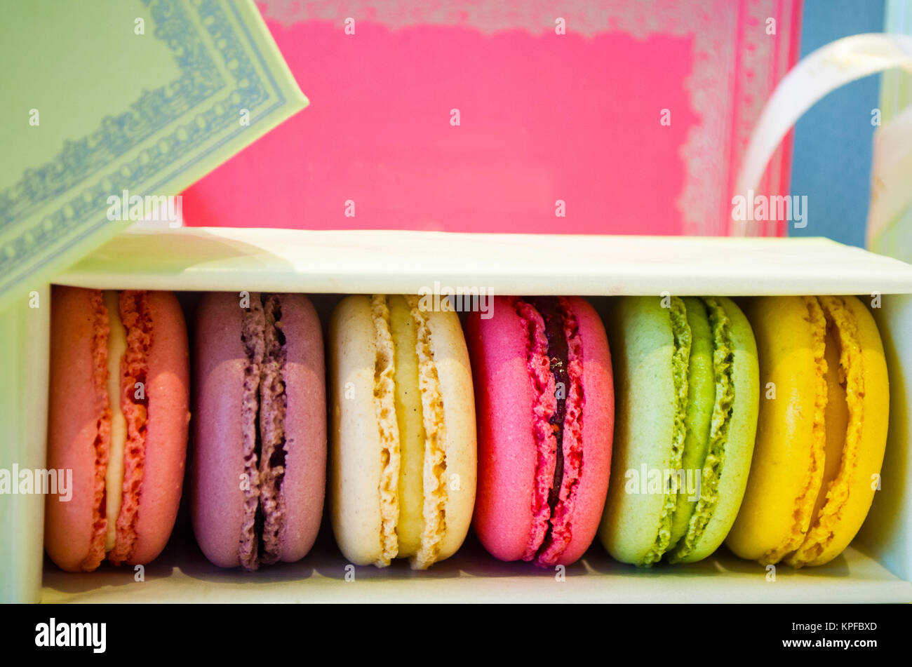 Satz von verschiedenen französischen cookies Makronen in einem Papier, Ansicht von oben Stockfoto