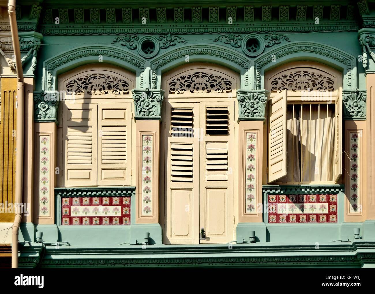 Klassische Chinesische Singapur Shop Haus Mit Bogenfenster, Creme  Fensterläden Aus Holz Und Kunstvollen Steinmetzarbeiten Im Historischen  Little India