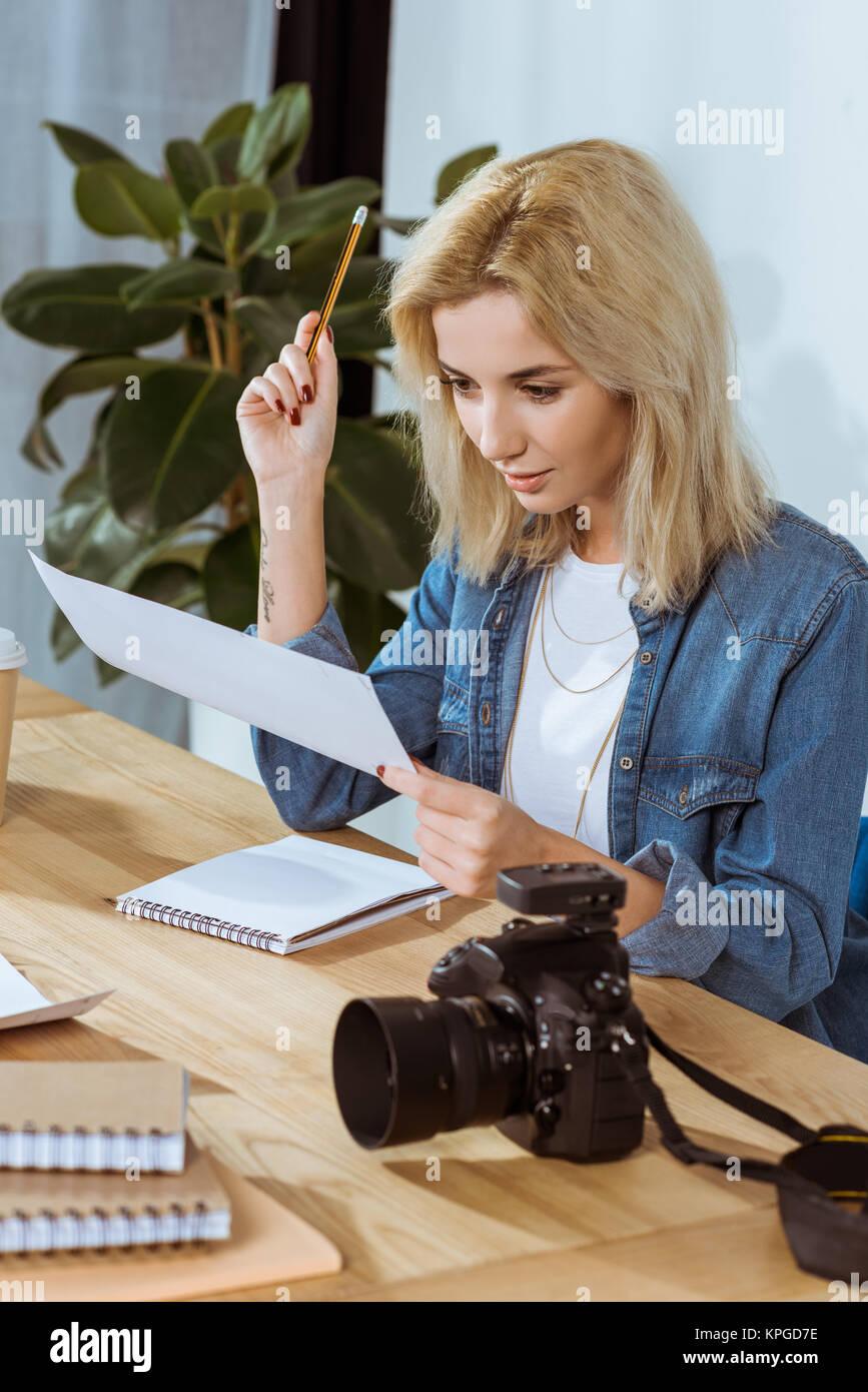 Portrait Der Junge Fotograf Fur Fotoshooting Proben Am Arbeitsplatz