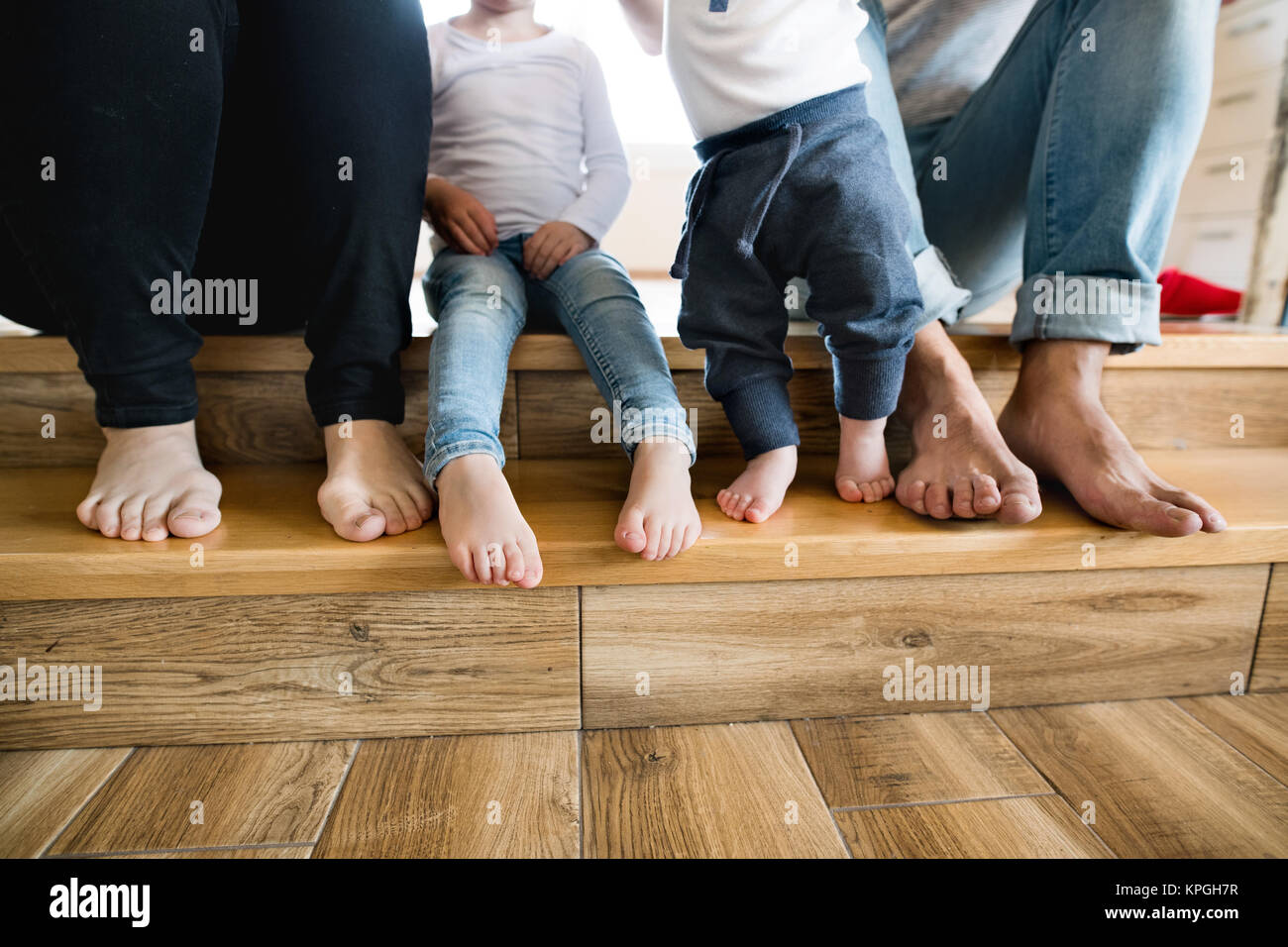 sch ne junge familie nackte f e von mutter vater und kinder stockfoto bild 168780523 alamy. Black Bedroom Furniture Sets. Home Design Ideas