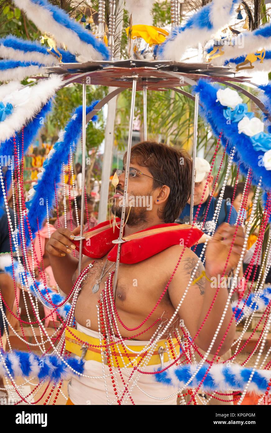 Singapur - Januar 30: Hindu devotee eine schwere an Thaipusam kavadi am 30 Januar, 2010 in Singapur. Stockfoto