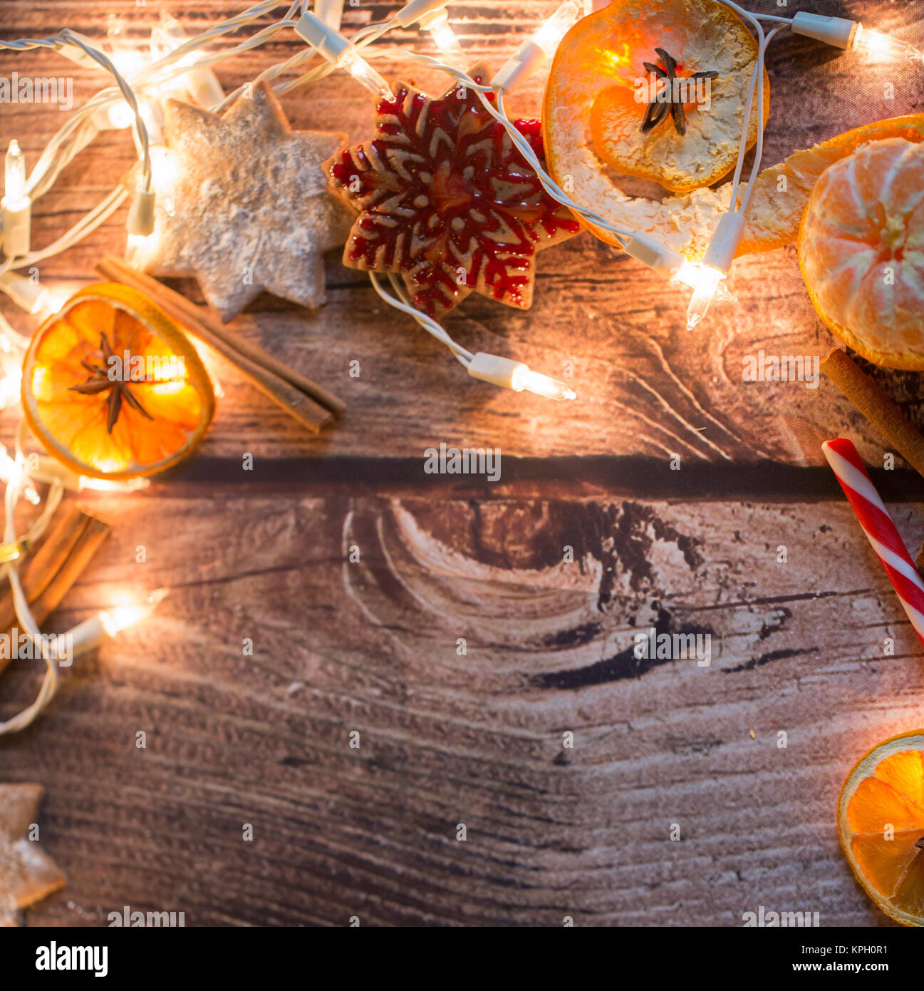 Weihnachten Rahmen mit Orangen, Schmuck, Süßigkeiten und ...