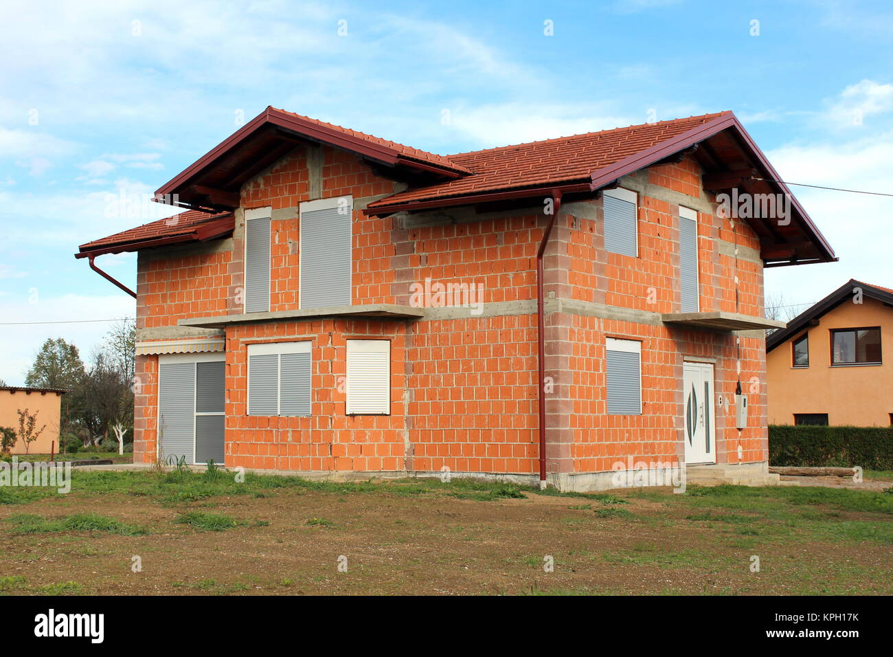 Unvollendete neues Haus mit neu Dachziegel, dunkelrot Dachrinnen ...
