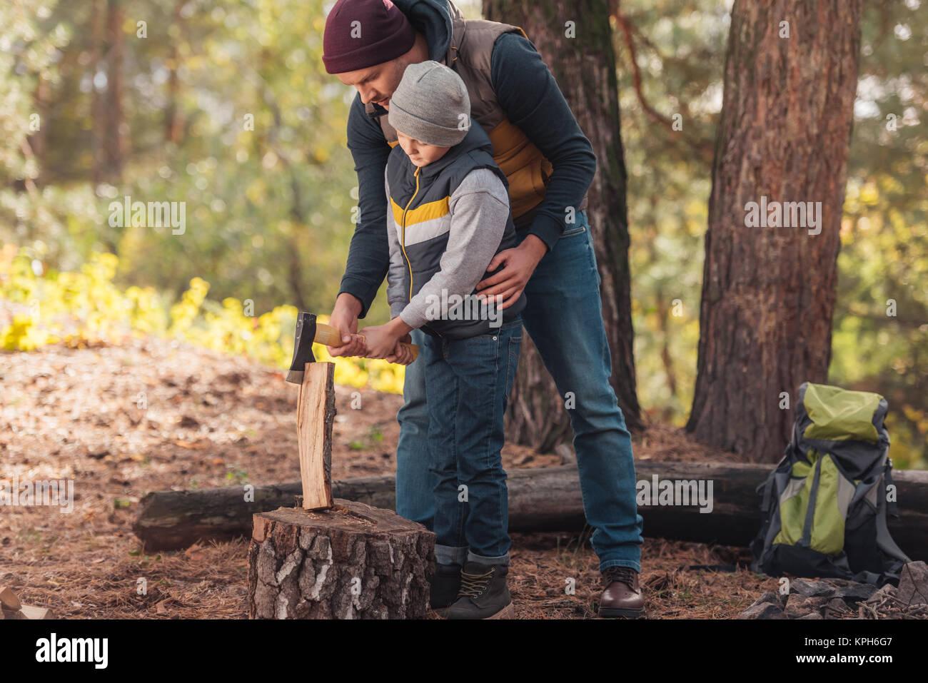 Vater und Sohn Zerkleinern von Brennholz Stockbild