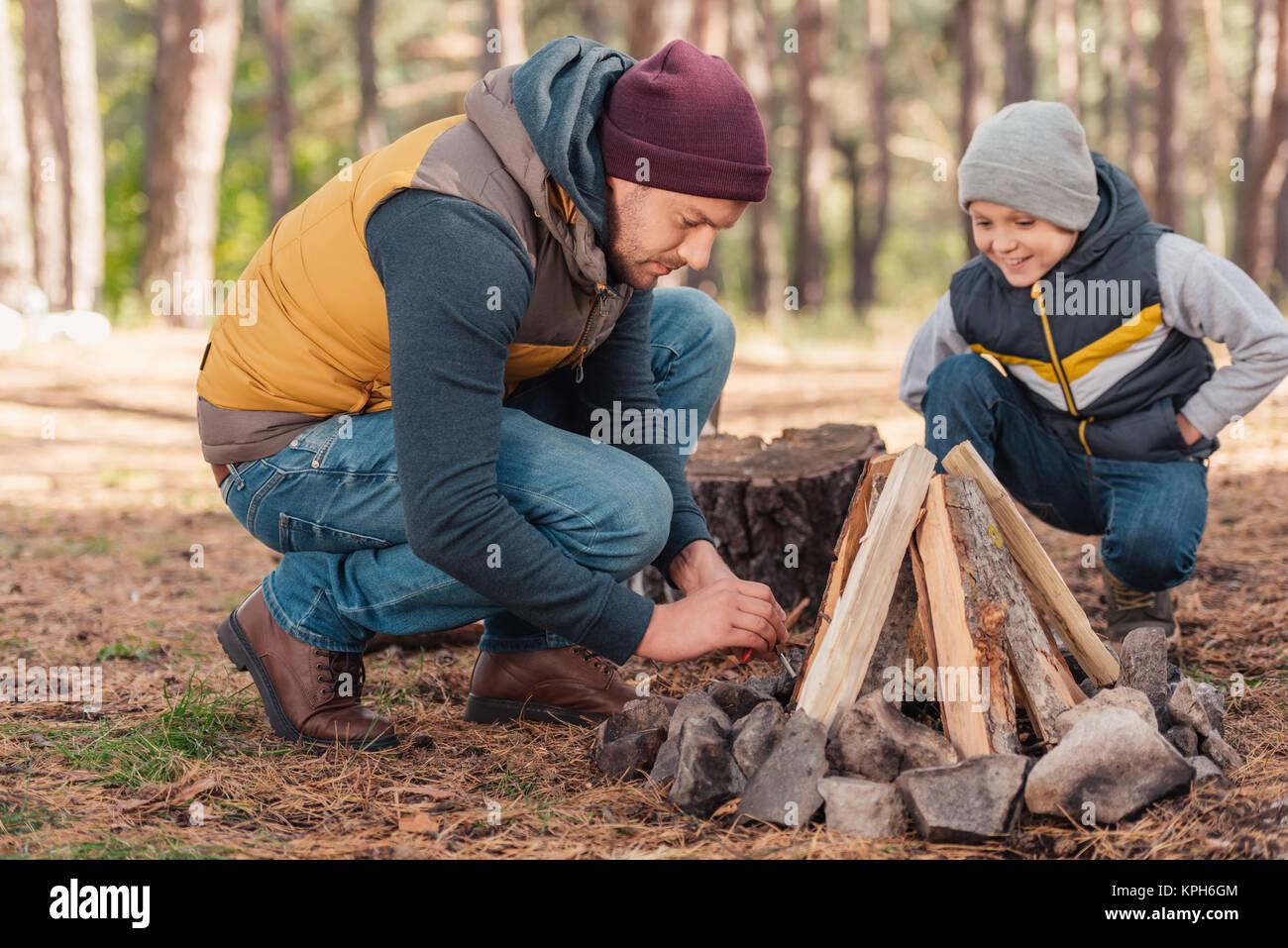 Vater und Sohn entzündete Lagerfeuer Stockbild