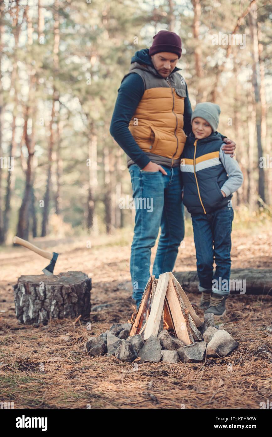 Vater und Sohn gesucht am Lagerfeuer Stockbild