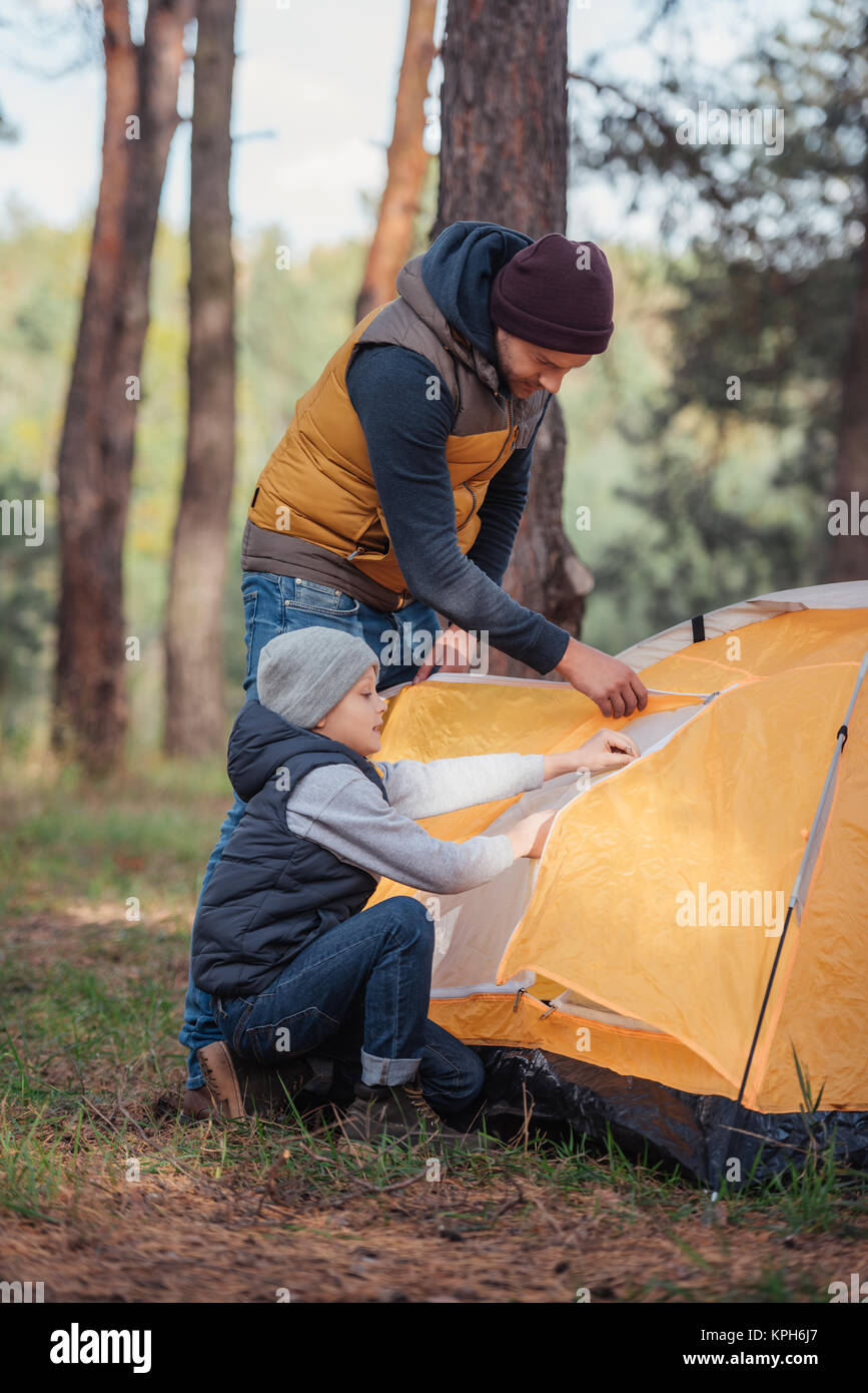 Vater und Sohn, Zelt Stockbild