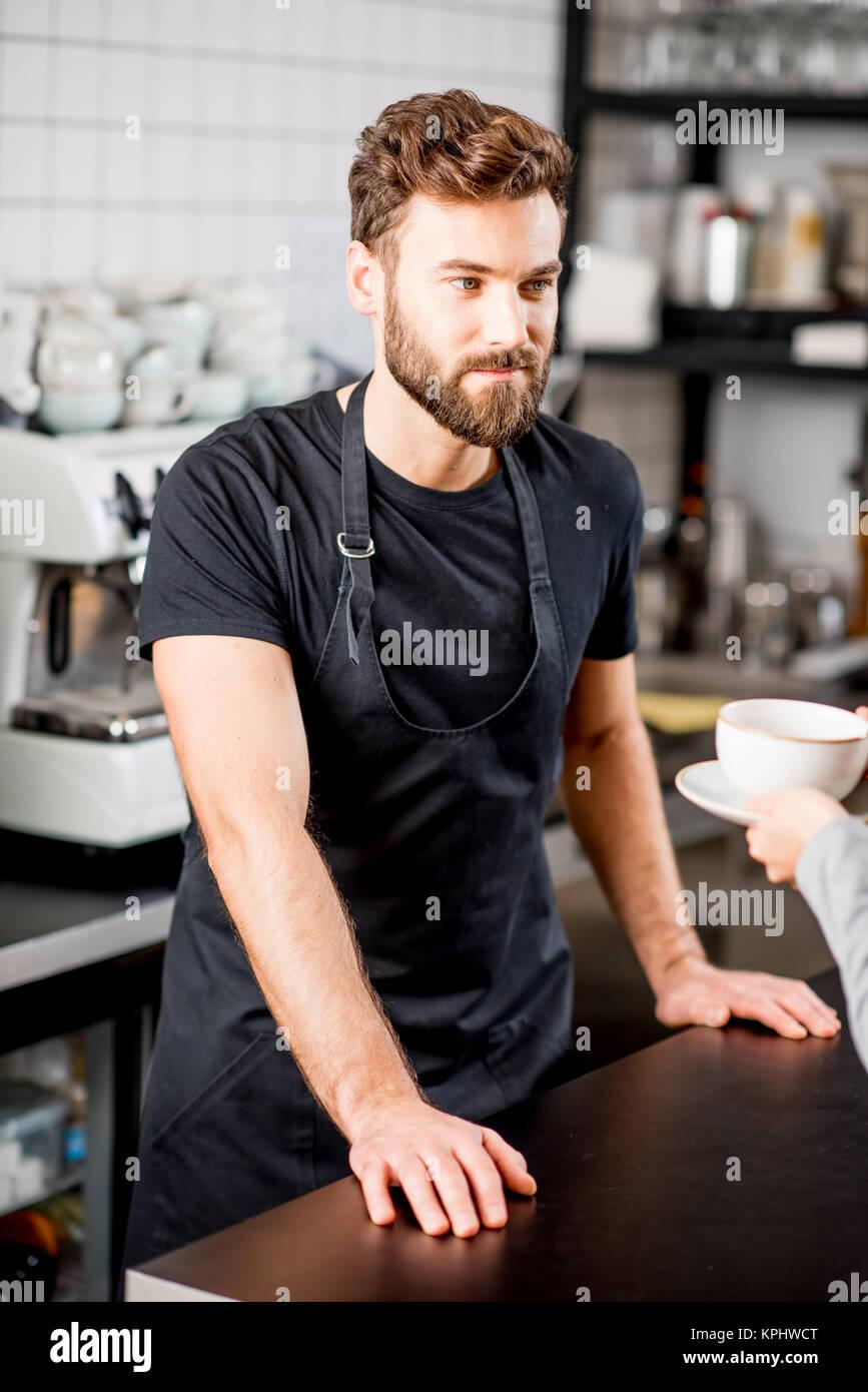 Barista Portrait im Cafe Stockfoto