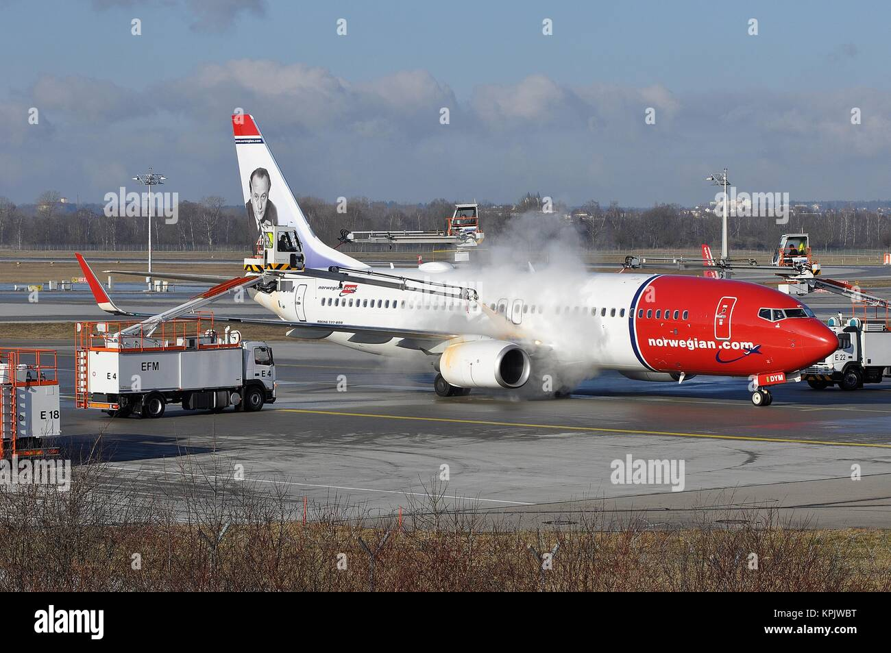 Enteisung der Norwegian Air Shuttle Boeing 737-800 (W) LN-DYM IN MÜNCHEN. Stockbild