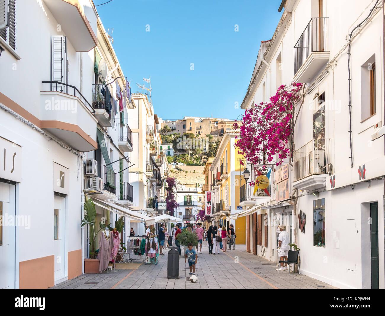 Ibiza, Spanien - 23. Mai 2015. Kleine gemütliche und weiße Straßen im Zentrum der Altstadt von Ibiza. Stockbild