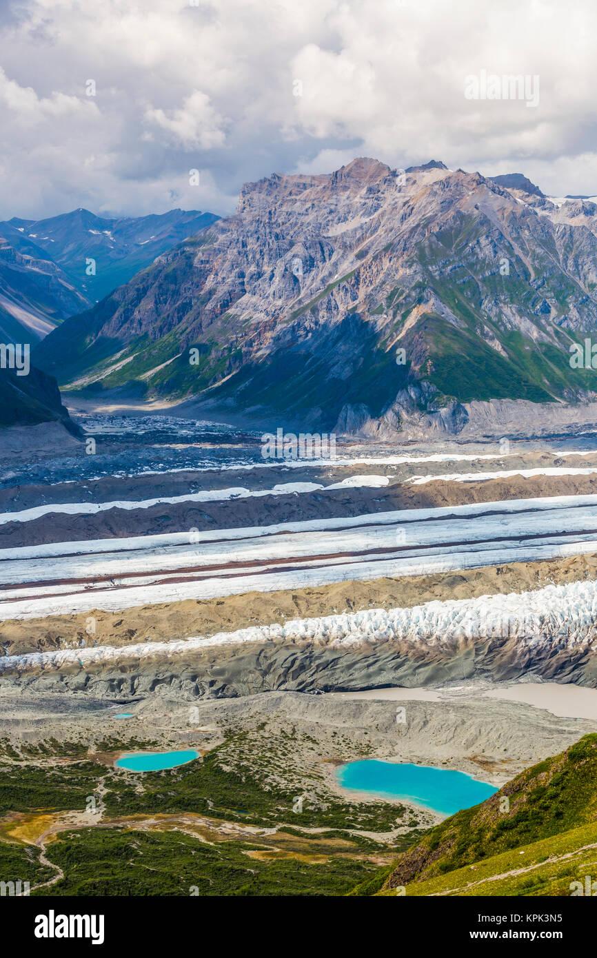 Ansicht Der Kennicott Gletscher Und Die Angrenzenden Berge In Wrangell St Elias National Park Kleine Bunte Flecken Neben Linken See Sind Zelte Stockfotografie Alamy