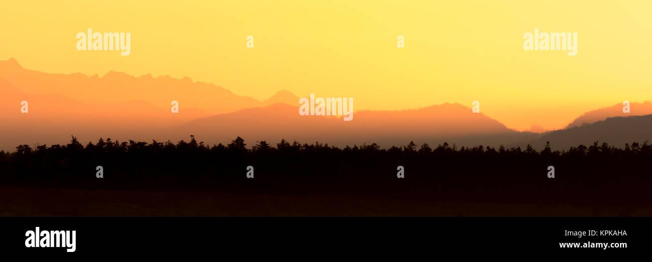 Sunrise, Sonne, über den Bergen. Sonnenuntergang in den Bergen Panoramaaussicht. Bunt und malerischen Sonnenaufgang Stockbild