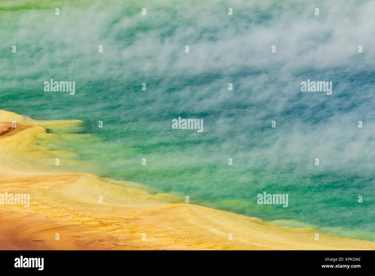 Erhöhten Blick auf Grand Bildobjekte Frühling und Muster in Bakterienmatte, Midway Geyser Basin, Yellowstone-Nationalpark, Wyoming. Stockfoto
