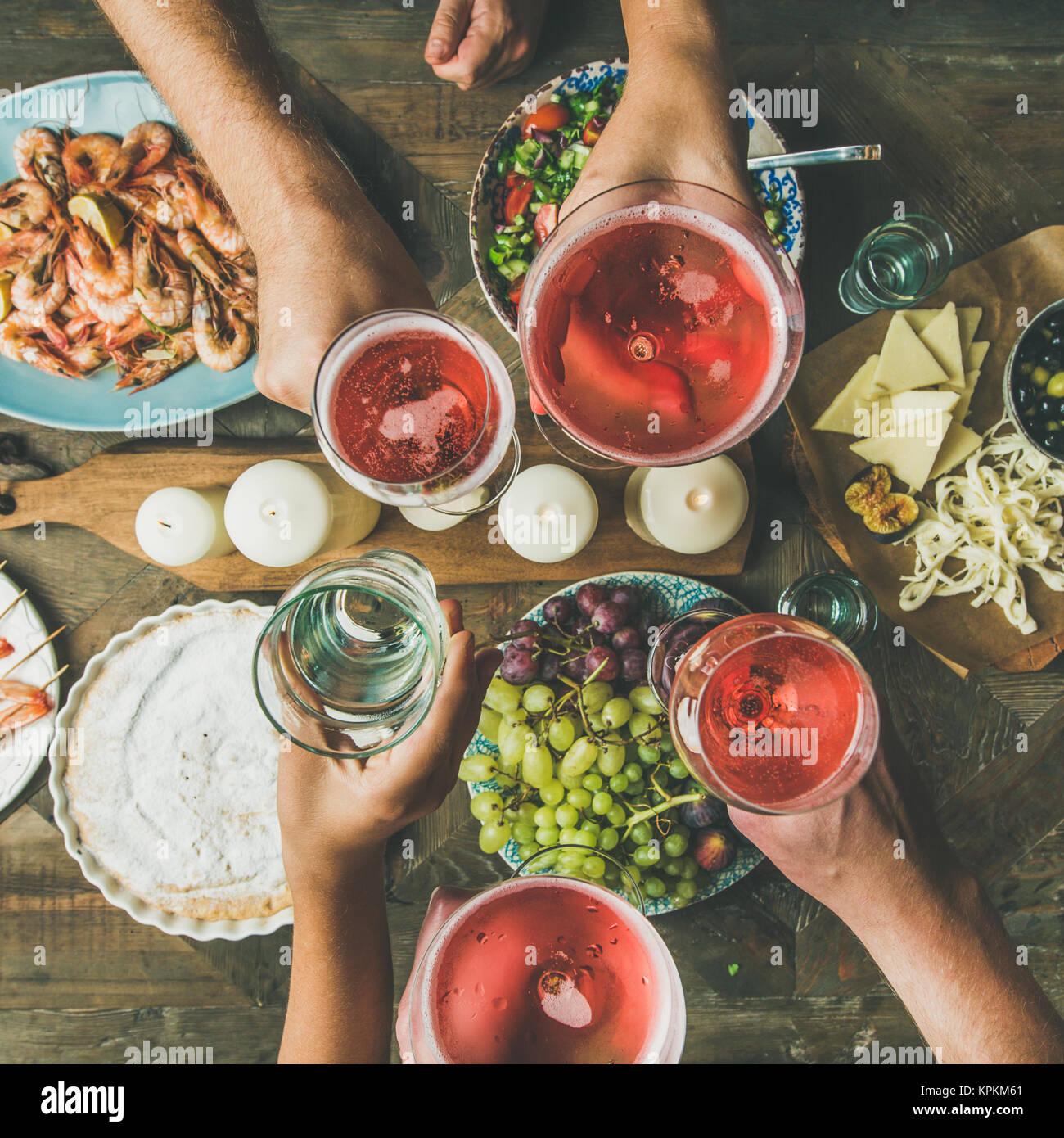 Flachbild-lay von Freunden Hände zusammen essen und trinken, square Erntegut Stockbild