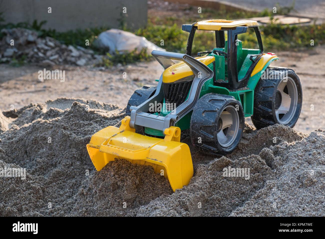 Kunststoff spielzeug frontlader auf der oberseite der sand stapel