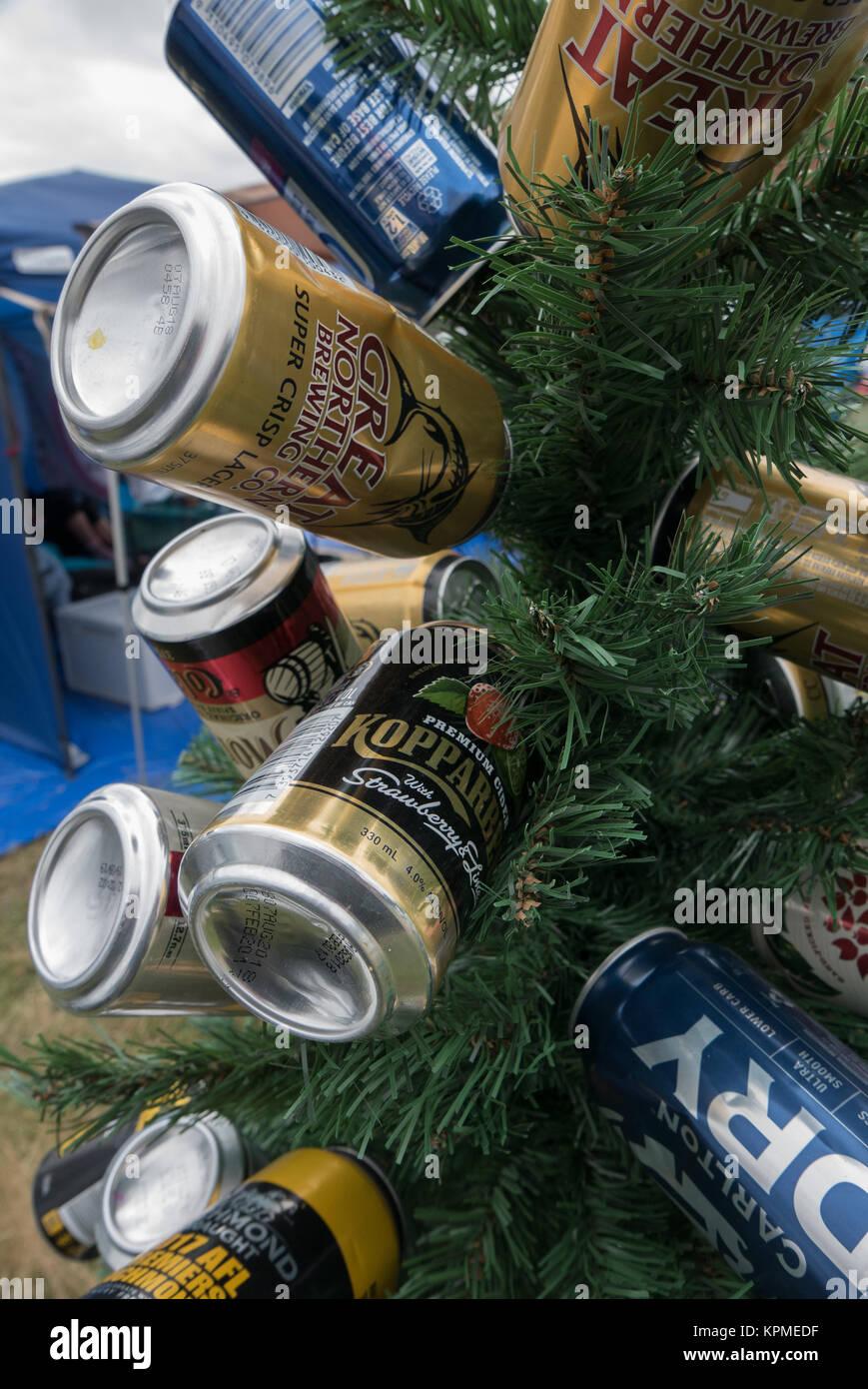 Bier Weihnachtsbaum.Kleine Grüne Künstlicher Weihnachtsbaum Dekoriert Mit Leeren Blau