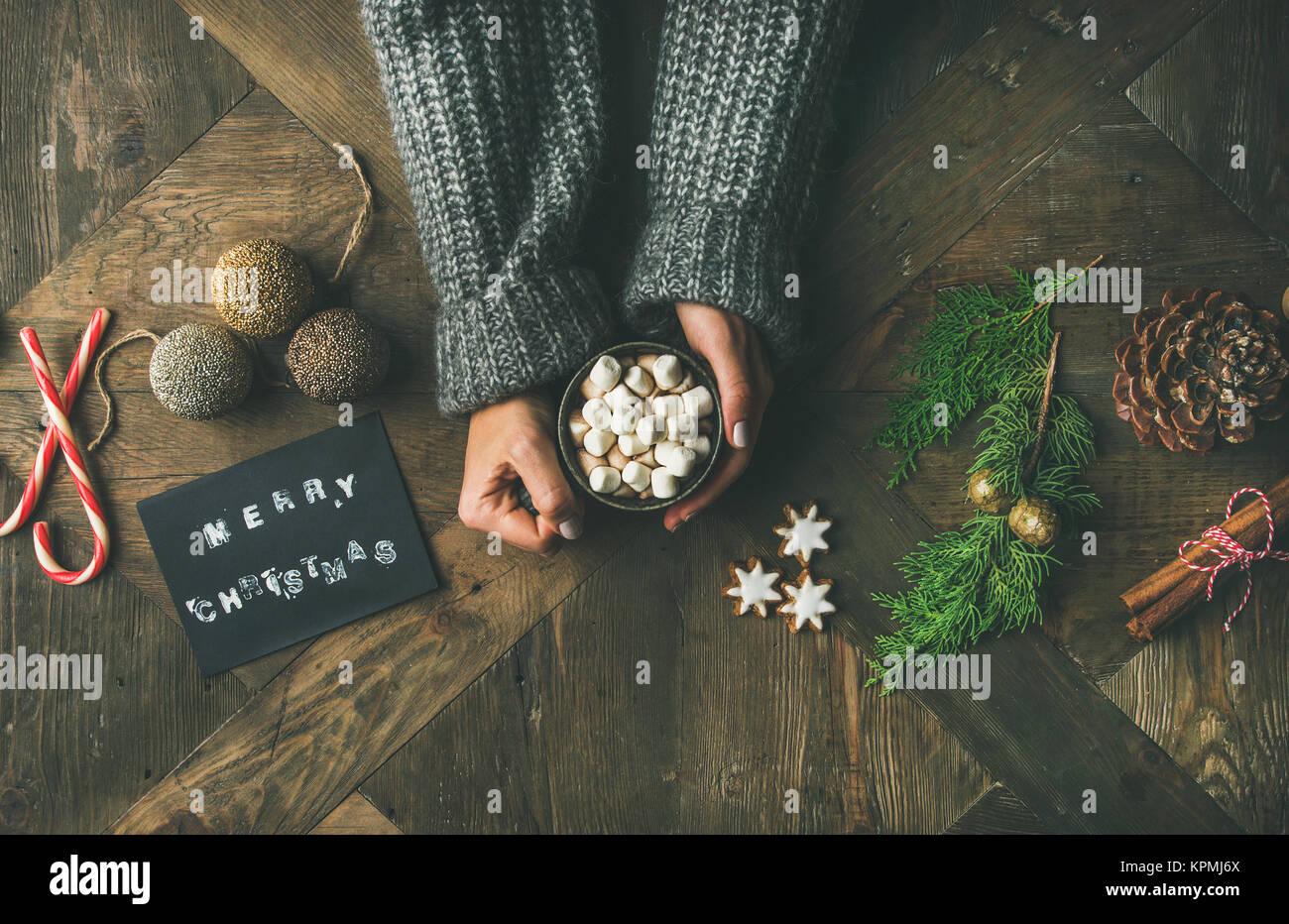 Flachbild-lay von Grußkarte, der Frau die Hände in Pullover holding Becher Stockbild