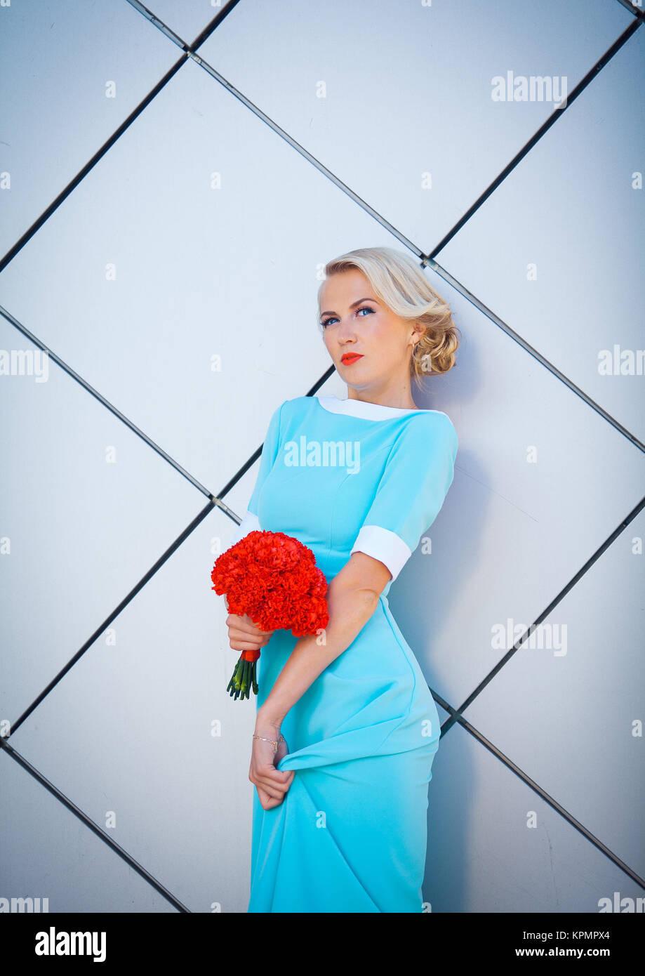 Blaues Und Rotes Blumenkleid Stockfotos Und Bilder Kaufen Alamy