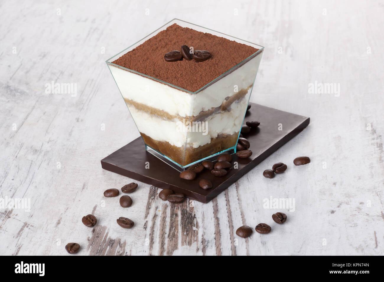 tiramisu dessert mit schokolade und kaffee bohnen auf wei em holz strukturierte tabelle. Black Bedroom Furniture Sets. Home Design Ideas