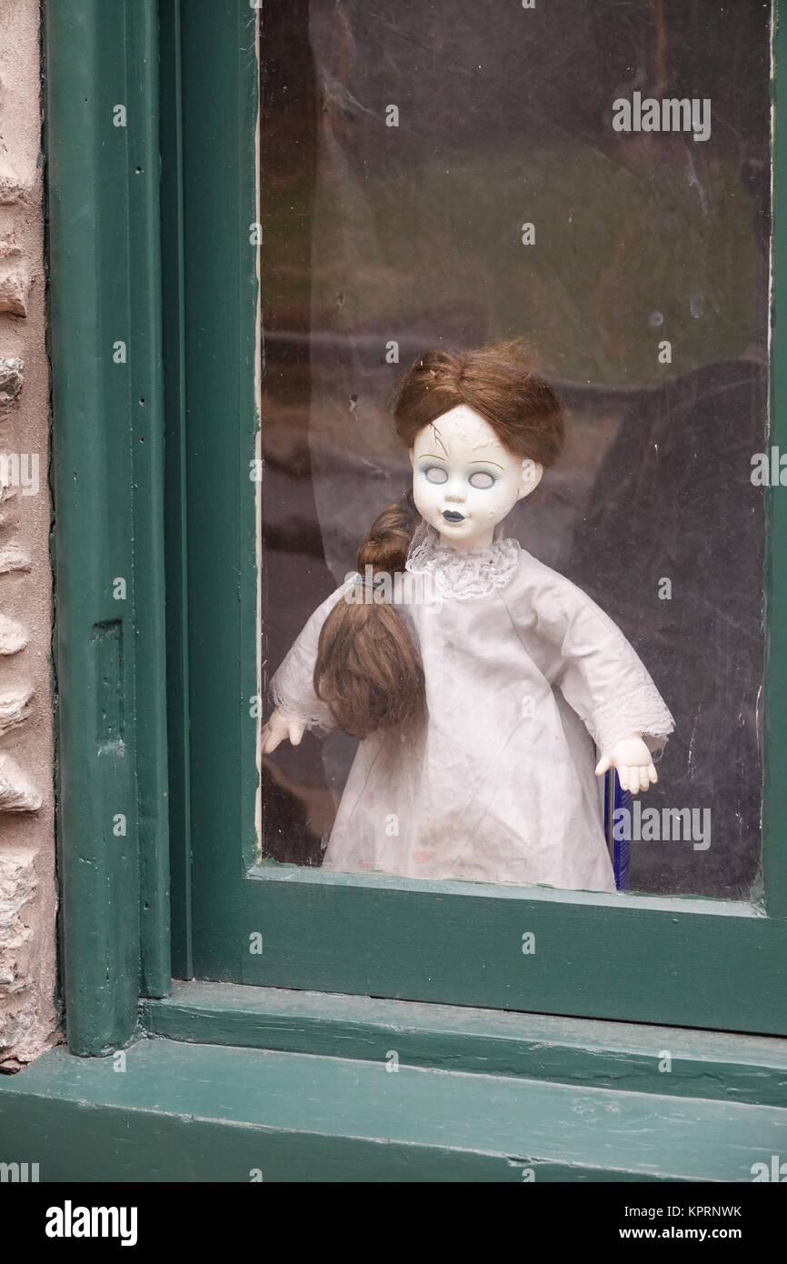 Unheimlich doll in einem Haus Fenster Halloween Harpers Ferry WV West Virginia Stockbild