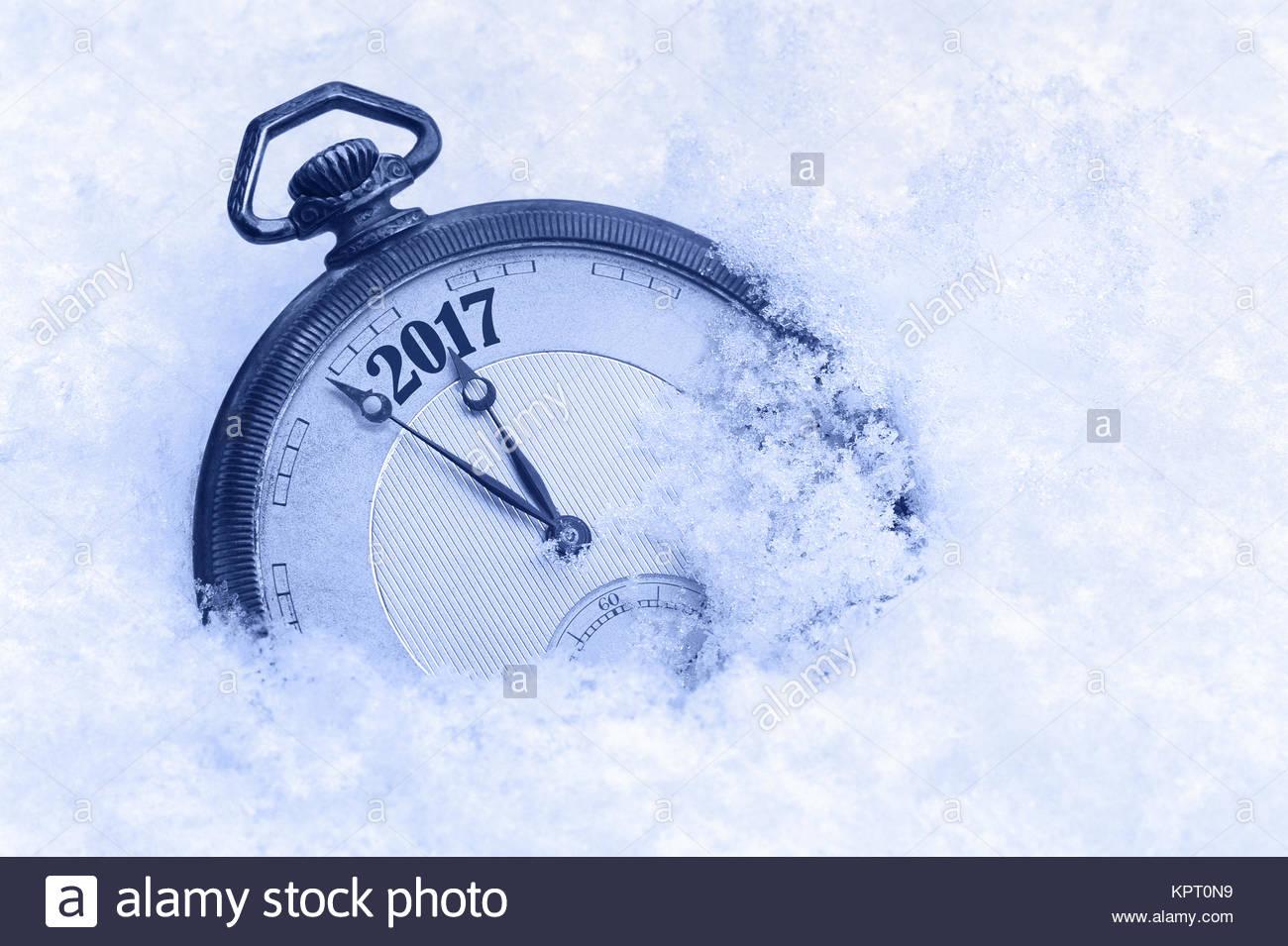 Neue Jahr 2017 Grußkarte, Neujahr 2017, Taschenuhr im Schnee, frohes neues Konzept Stockfoto