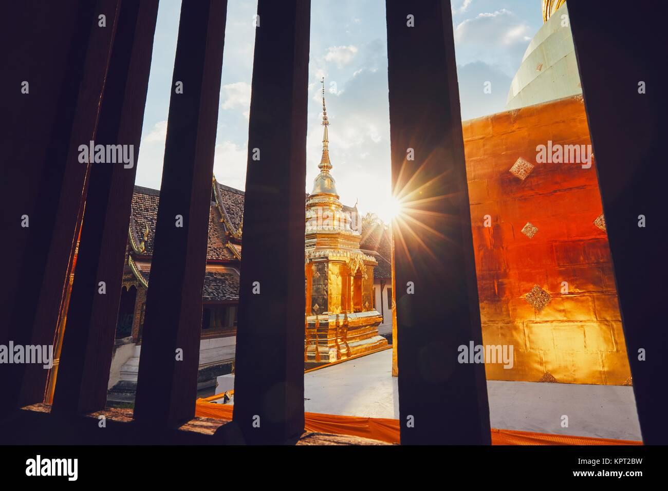 Blick aus dem Fenster der buddhistische Phra Singh Tempel auf den Sonnenuntergang. Touristen bevorzugten Sehenswürdigkeiten Stockbild