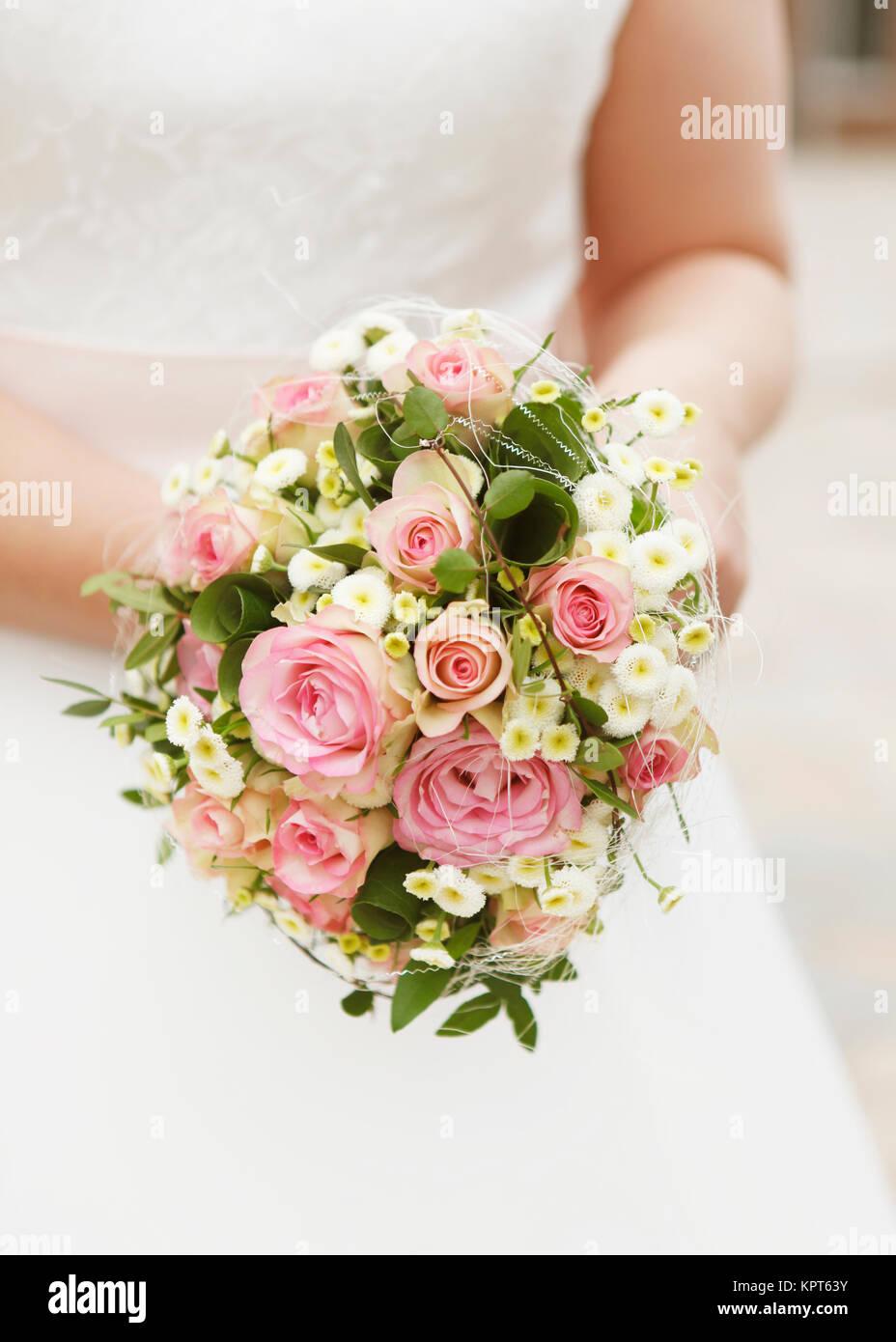 Eine Braut Mit Brautstrauss Rosa Rosen Kein Gesicht Stockfoto Bild
