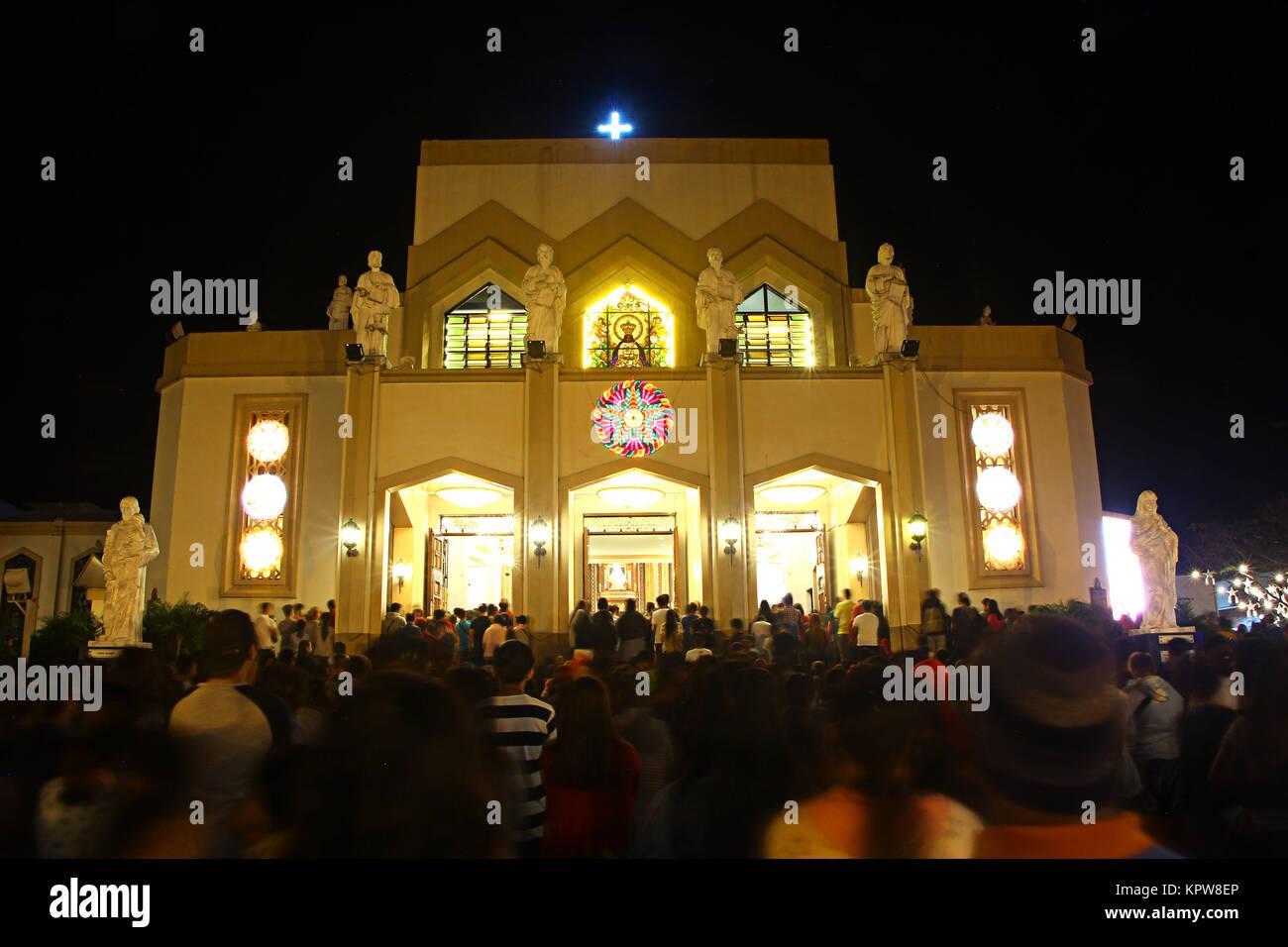 Tausende von philippinischen katholischen Gläubigen nahmen am ersten ...