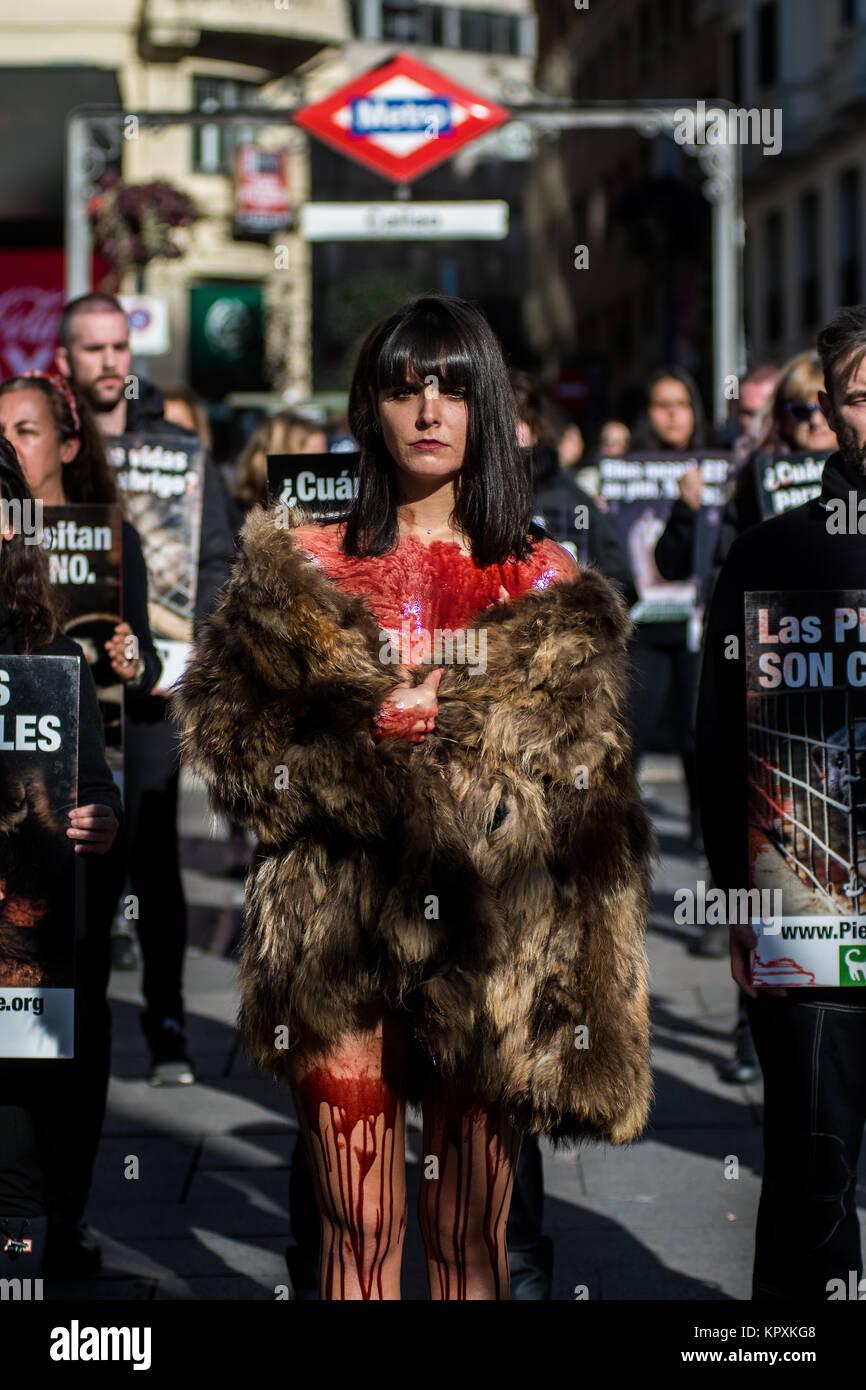 Madrid, Spanien. 17 Dez, 2017. Ein Aktivist der pro-Tierrechtsgruppe ...
